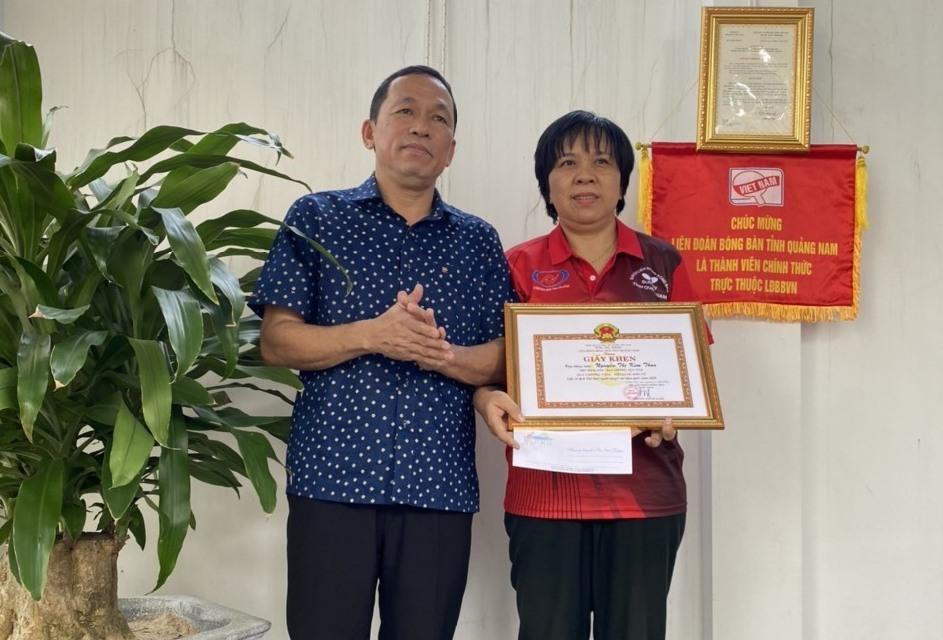 Tặng giấy khen và tiền thưởng của Liên đoan Bóng ban tỉnh Quảng Nam cho vận động viên Nguyễn Thị Kim Thoa. Ảnh: Văn Phùng