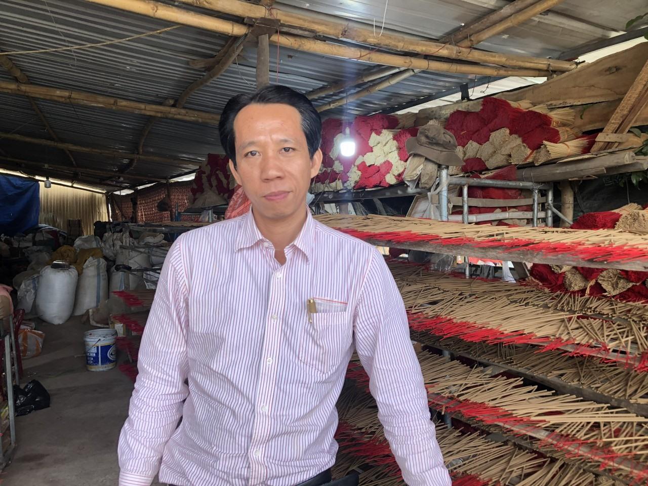Anh Nguyễn Đình Kỳ Nam tại cơ sở sản xuất của mình. Ảnh: T.TRẦN