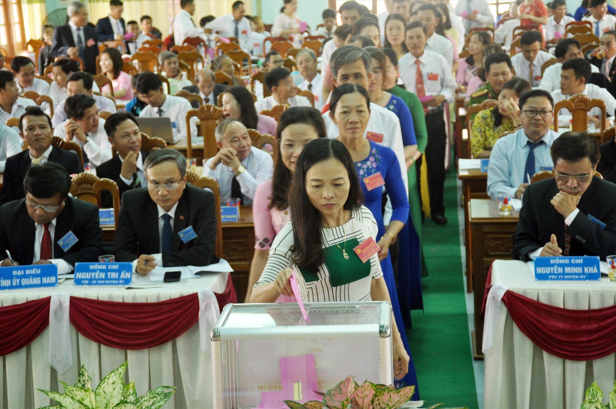 Cán bộ, đảng viên và Nhân dân Quảng Nam gửi gắm niềm tin và kỳ vọng Đại hội XIII của Đảng sẽ tạo bước đột phá mới đưa đất nước phát triển. Ảnh: N.Đ