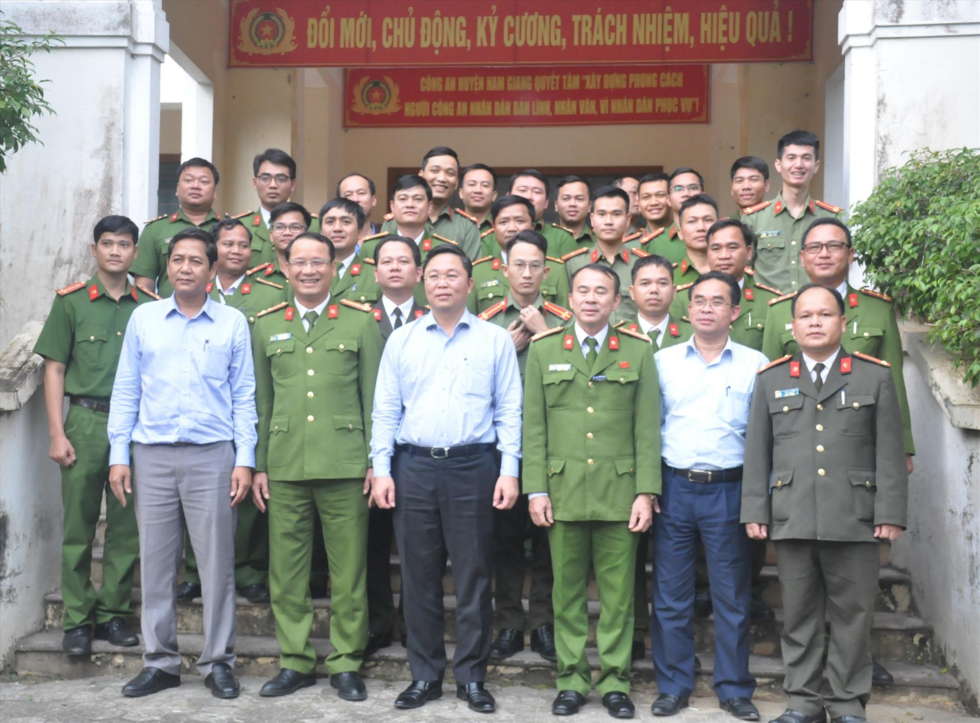 Chủ tịch UBND tỉnh Lê Trí Thanh chụp hình lưu niệm với lãnh đạo Công an huyện Nam Giang và lực lượng công an xã chính quy địa phương. Ảnh: N.Đ