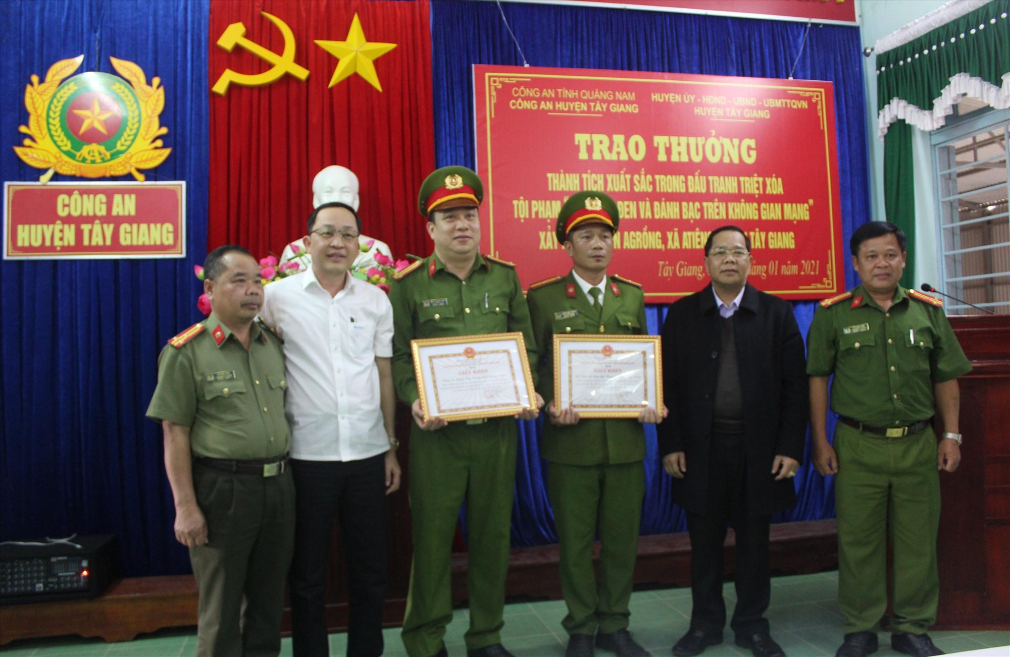 UBND huyện Tây Giang đã khen thưởng đột cho Đội Điều tra tổng hợp và Công an huyện