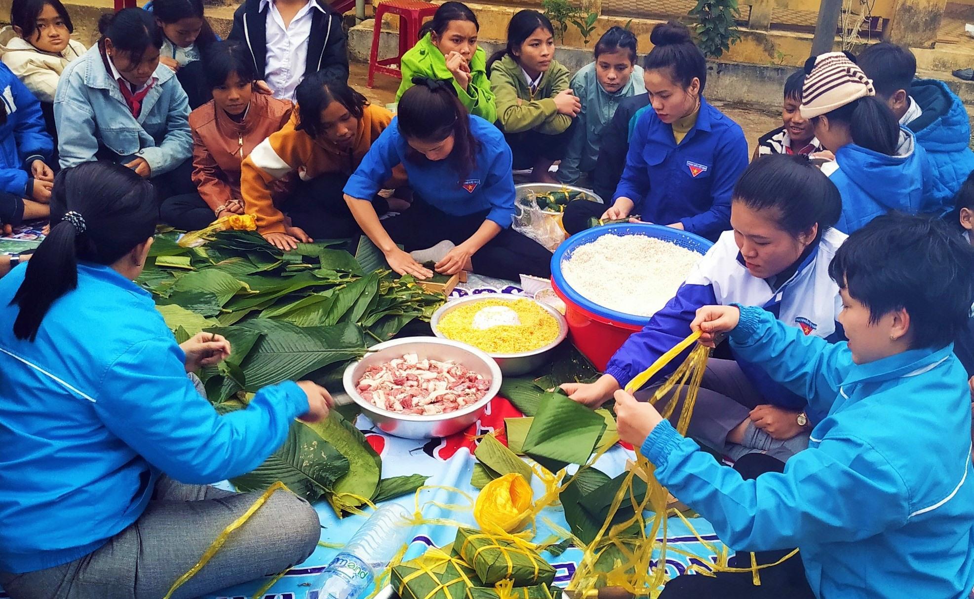 """Tuổi trẻ Nam Trà My tổ chức Ngày hội """"Bánh chưng xanh - Ấm lòng ngày tết"""" hướng về nhân dân Trà Leng. Ảnh: CTV"""