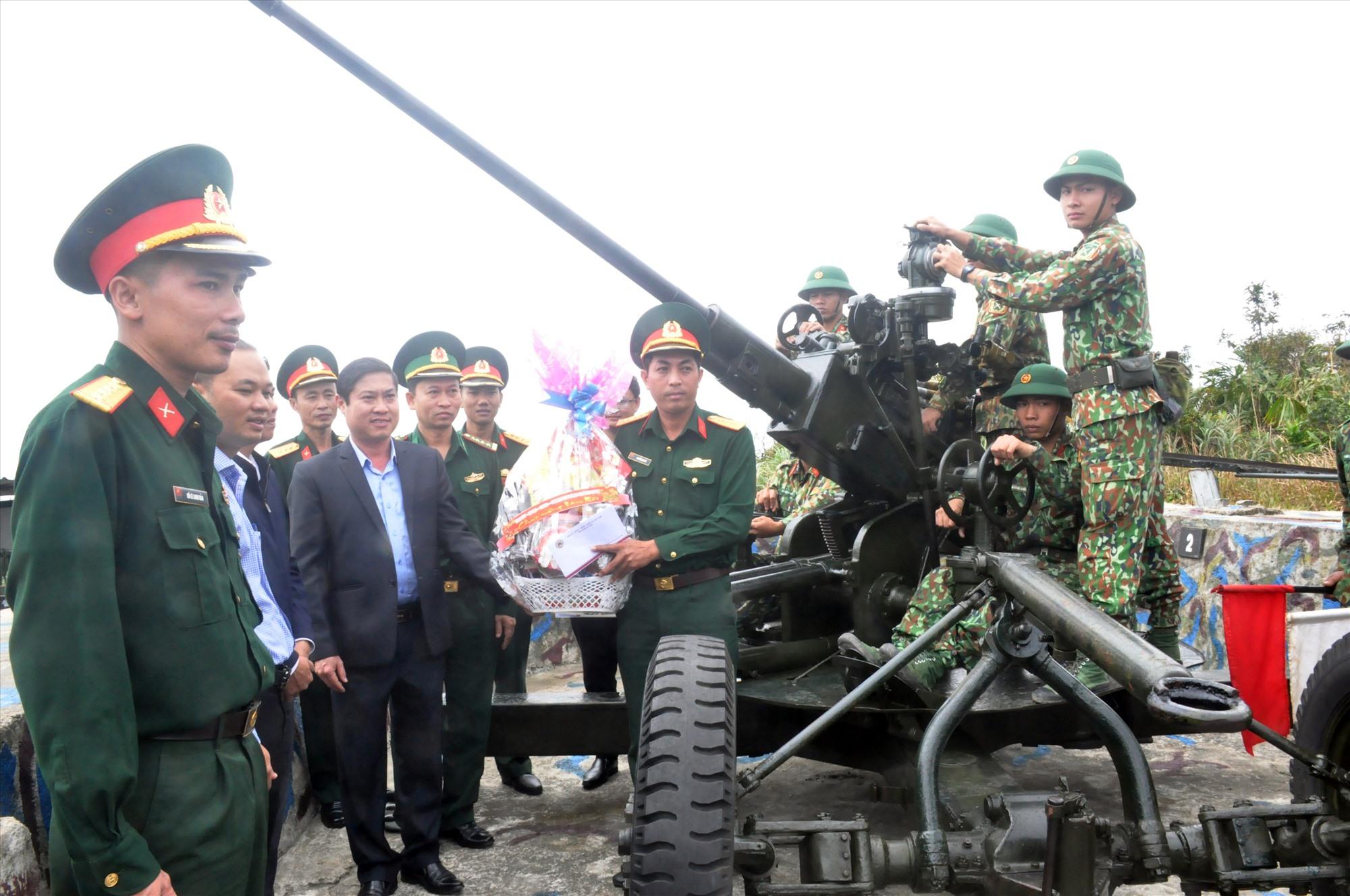 Đồng chí Phan Thái Bình thăm, tặng quà chúc tết cán bộ, chiến sĩ trận địa pháo phòng không tại Cù Lao Chàm. Ảnh: N.Đ