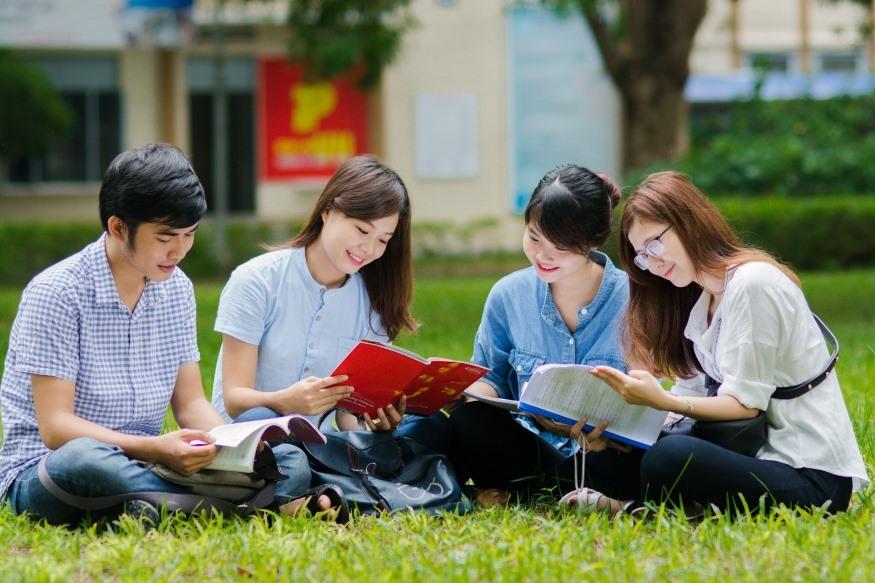 Sinh viên ĐH Đà Nẵng chia sẻ niềm vui học tập nhóm. Ảnh XL