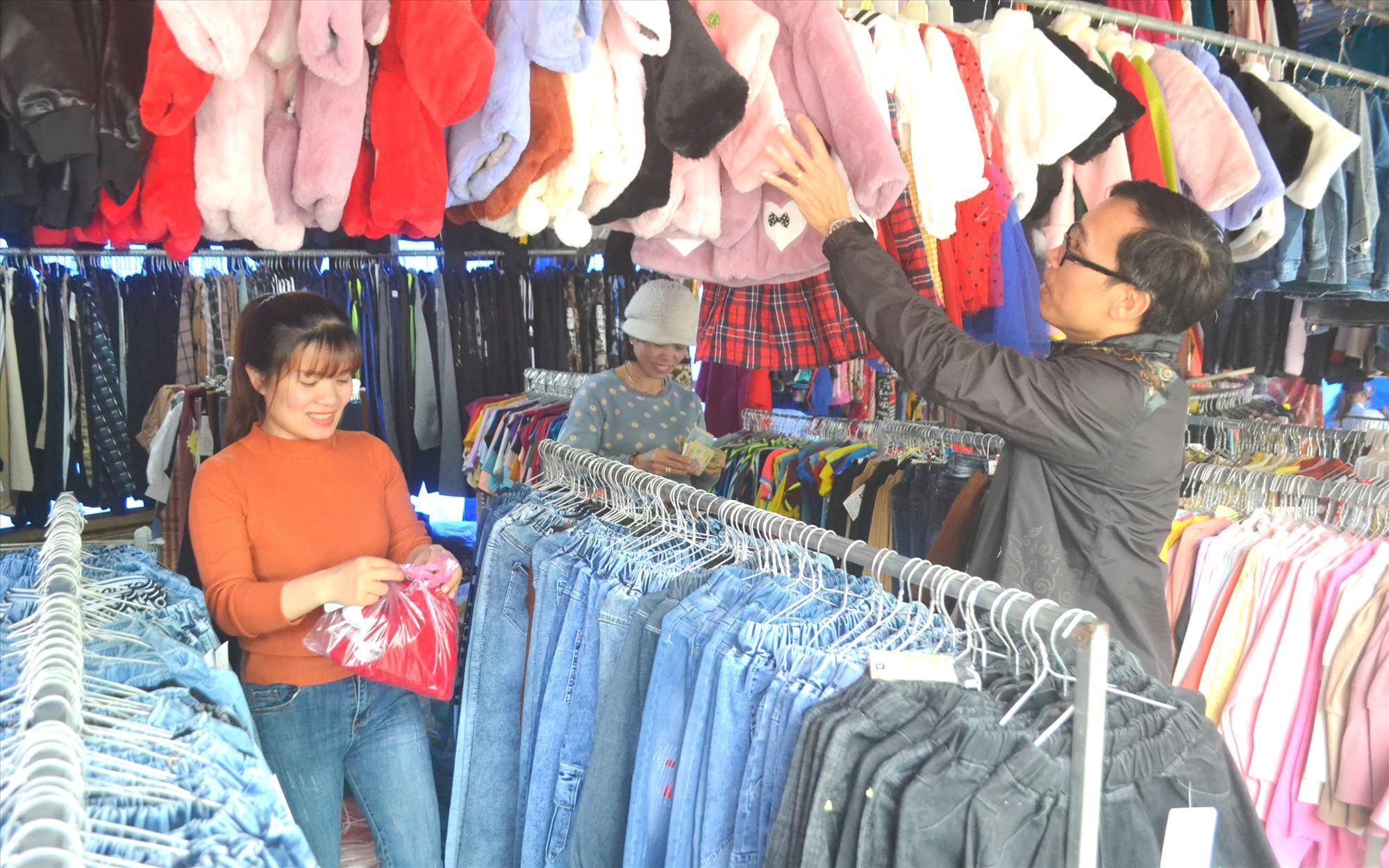 Một cơ sở bán áo quần trước bến xe Đông Giang chuẩn bị nhiều mặt hàng mới. Ảnh: K.K