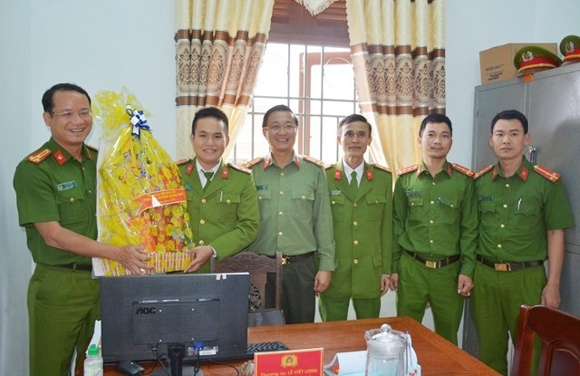 Thượng tá Nguyễn Thành Long, Thượng tá Hồ Song Ân, Phó Giám đốc Công an tỉnh thăm chúc Tết CBCS Công an xã Sông Trà, Hiệp Đức
