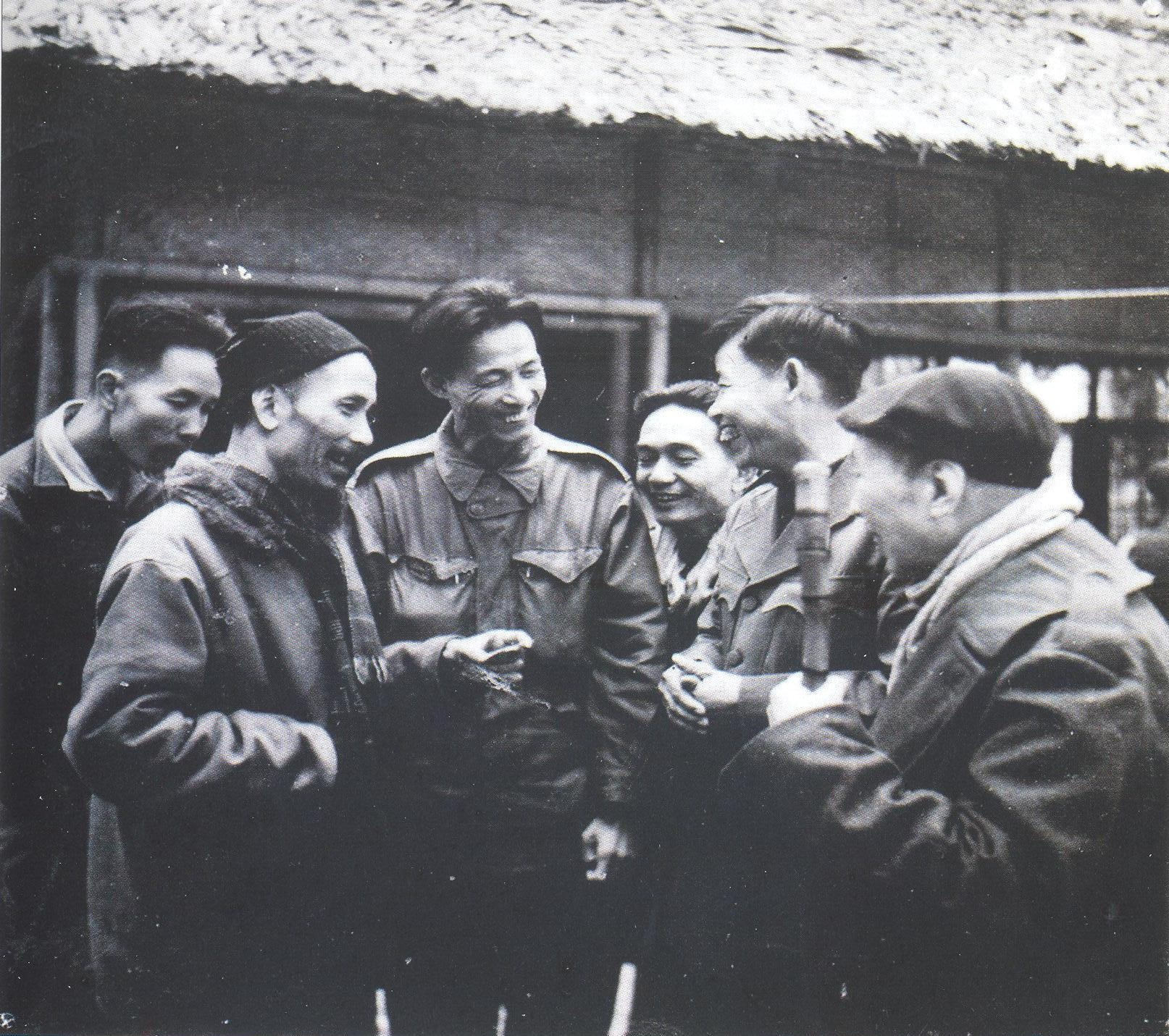 Chủ tịch Hồ Chí Minh và đồng chí Cao Hồng Lãnh (giữa) tại chiến khu Việt Bắc năm 1949. Ảnh tư liệu