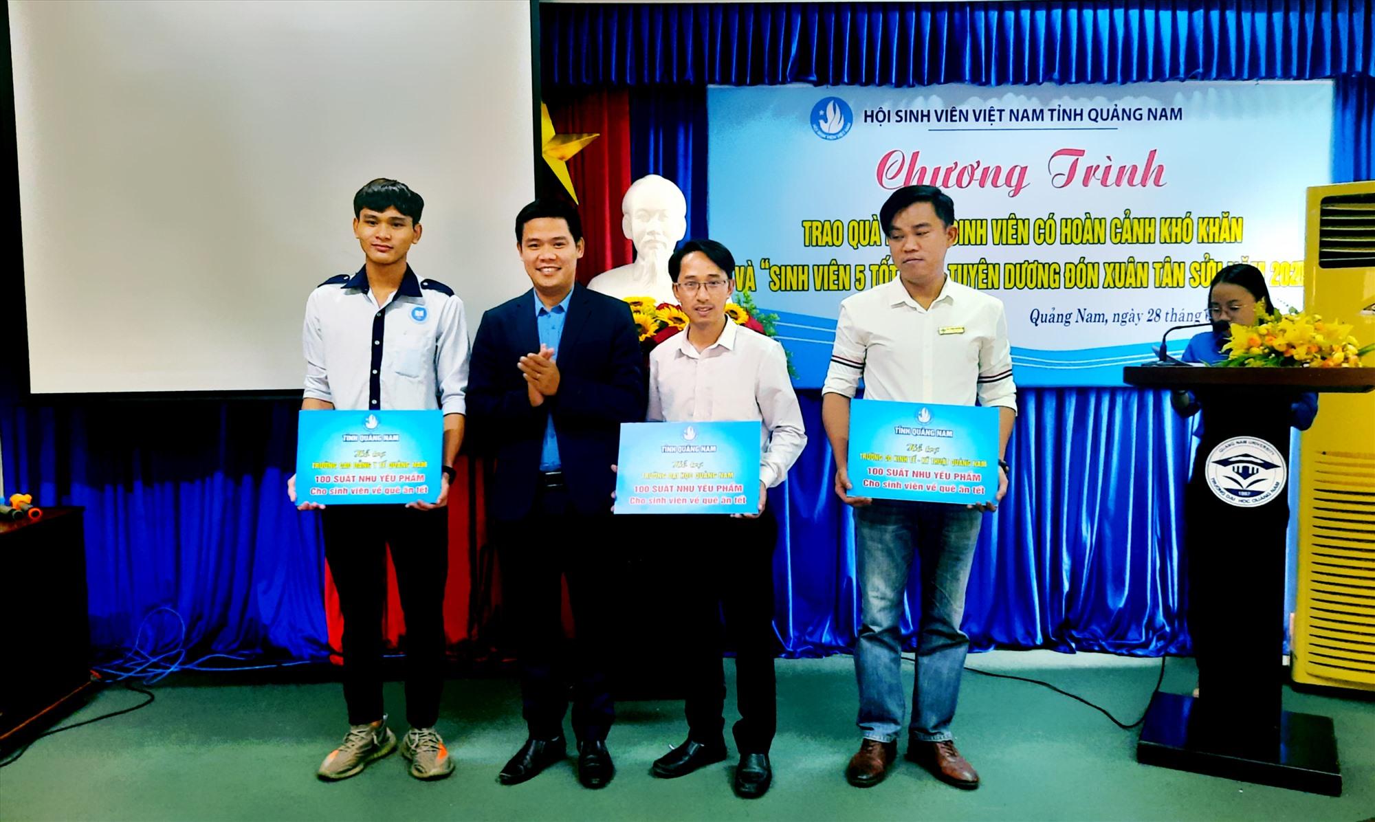 Đồng chí Hoàng Văn Thanh - Chủ tịch Hội Sinh viên Việt Nam tỉnh trao biển tượng trưng hỗ trợ quà cho sinh viên. Ảnh: THÁI CƯỜNG