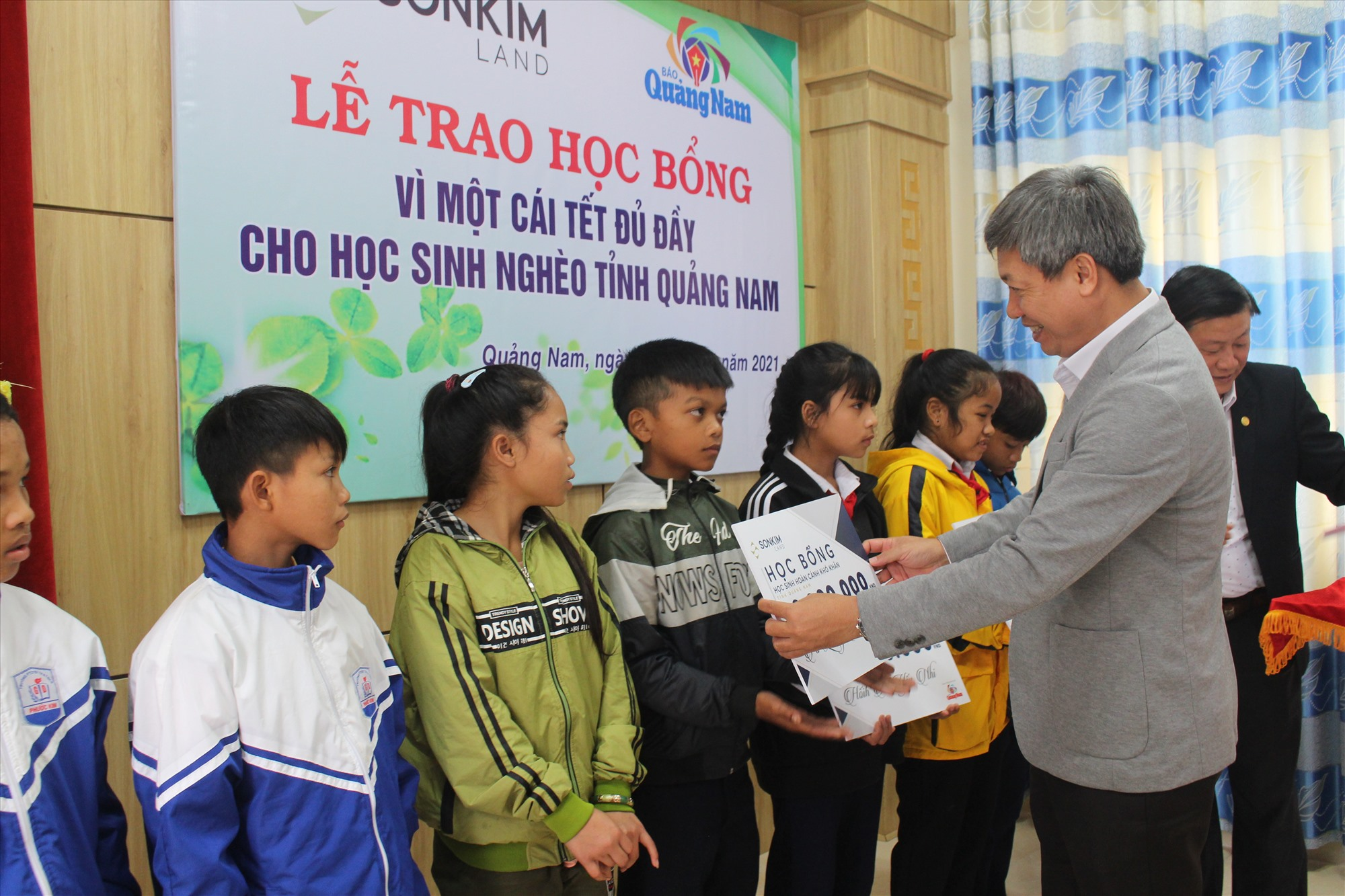 Phó Chủ tịch UBND tỉnh Hồ Quang Bửu trao học bổng cho các em học sinh. Ảnh: X.H
