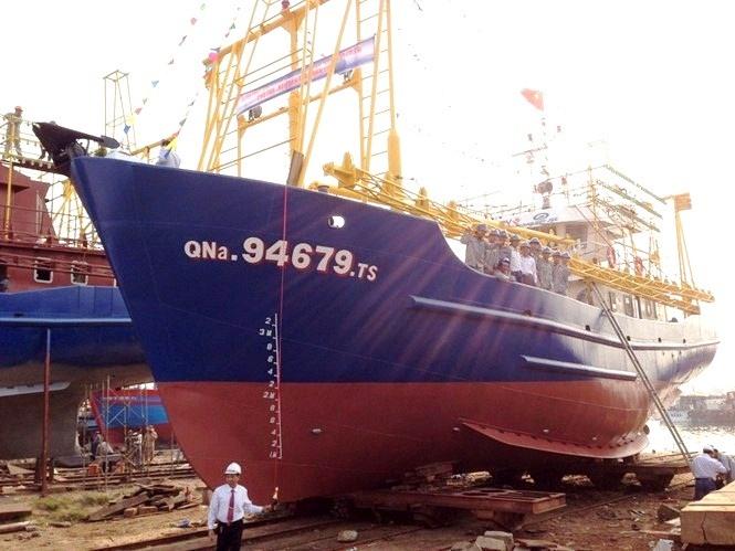 Tàu vỏ thép QNa-94679 nằm bờ bấy lâu nay. Ảnh: VIỆT NGUYỄN