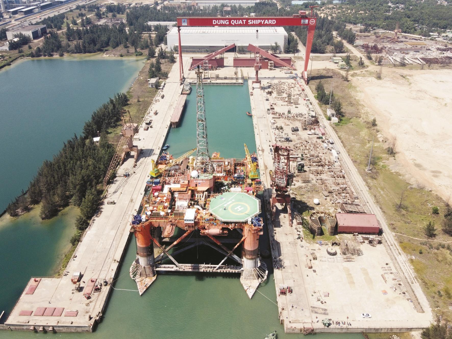 Giàn Đại Hùng 01 được lai dắt về dock ở vịnh Dung Quất, dock tàu lớn nhất Đông Nam Á.