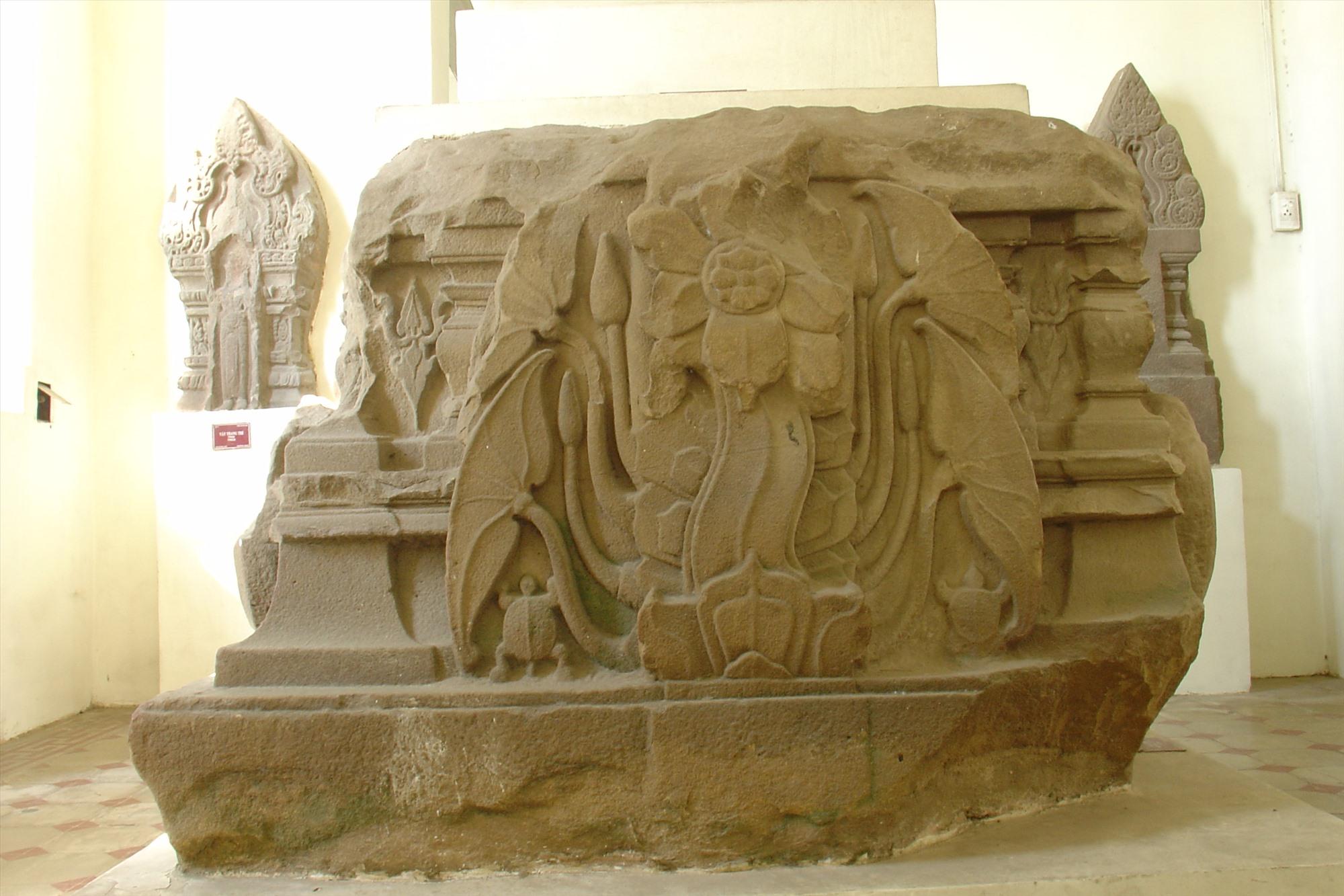 Đóa sen nở tượng trưng cho thế trận Hoa sen (Padmavyuha) của phe Pandavas; và hai con rùa tượng trưng cho thế trận con Rùa (Kurmavyuha) của phe Kauravas.