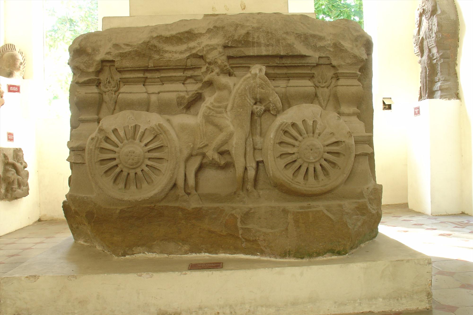 Đài thờ Khương Mỹ thể hiện cỗ chiến xa bốn bánh do thần Krisna điều khiển.