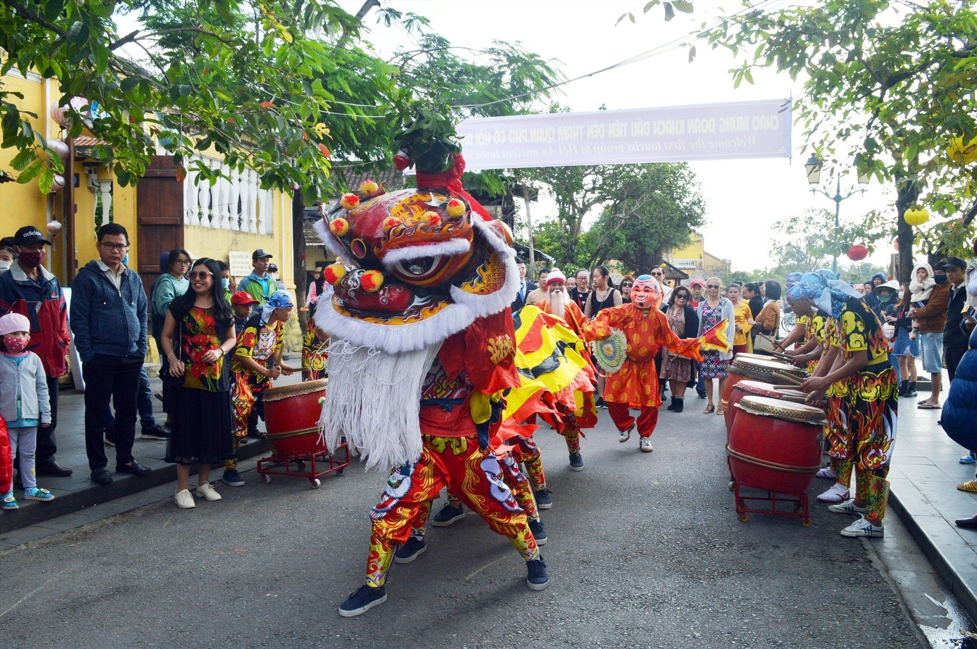 Lion dance to welcome the first visitors to Hoi An city in 2021