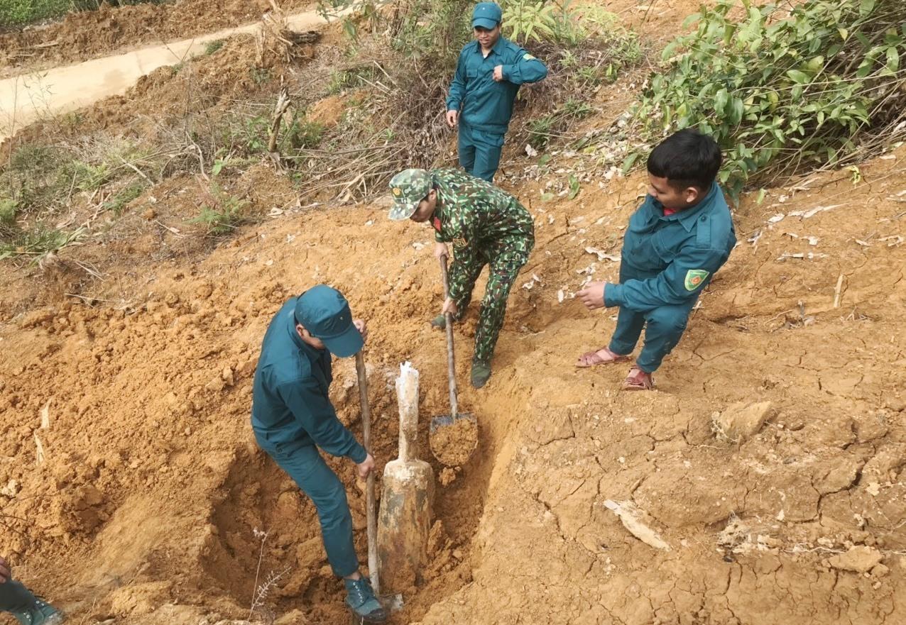 Quả bom được đào và vận chuyển về bãi tập kết để tiêu hủy