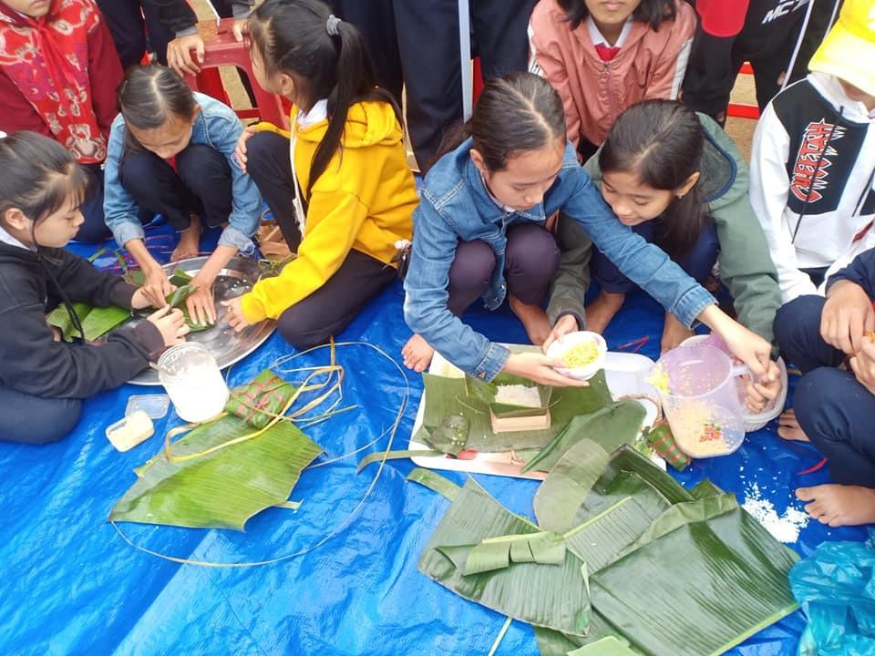 Học sinh Trường THCS Phan Châu Trinh (Phú Ninh) trải nghiệm tết cổ truyền. Ảnh: C.N