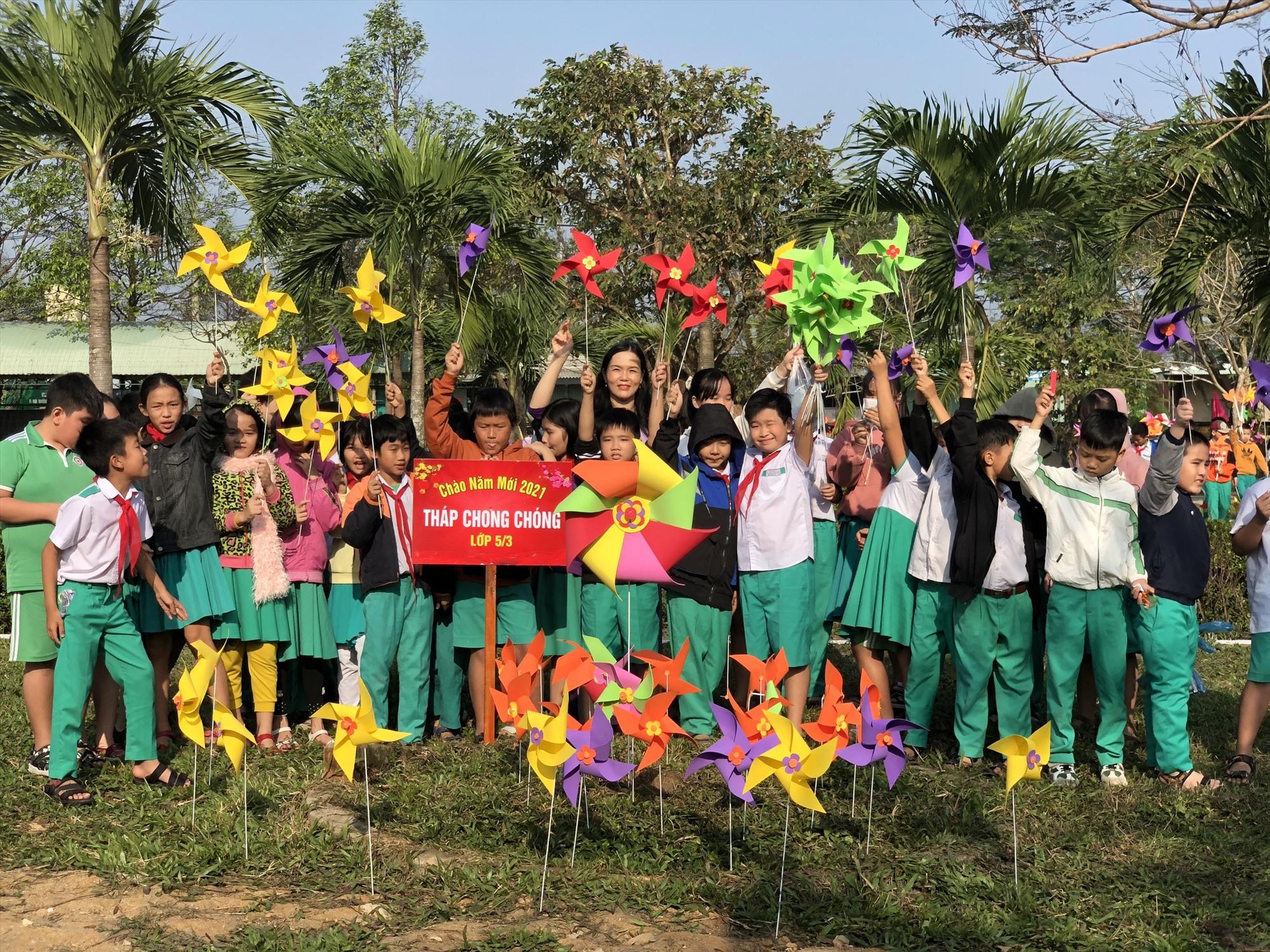 Khu vườn chong chóng ở sân trường Trường Tiểu học Lê Thị Hồng Gấm (Tam Kỳ) Ảnh: C.N