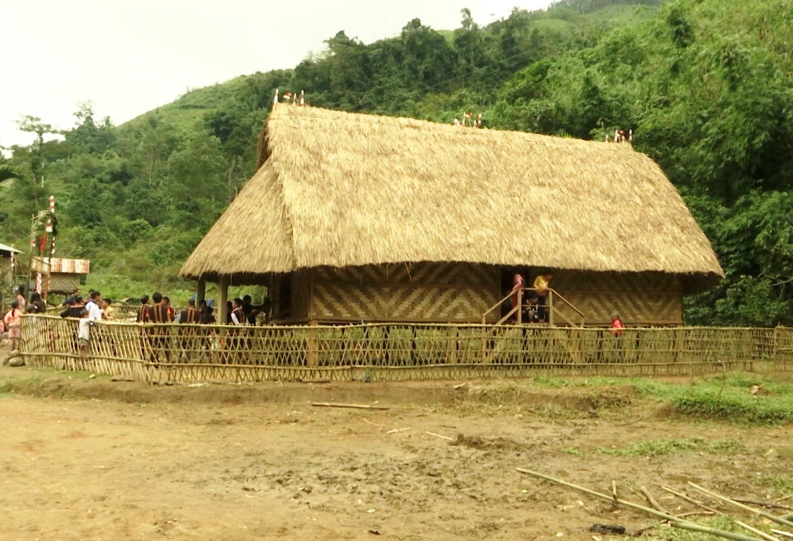 Nhà sinh hoạt cộng đồng của người dân Xê Đăng tại thôn 1, Trà Cang vừa được cộng đồng chung tay xây dựng. Ảnh: P.Thiện