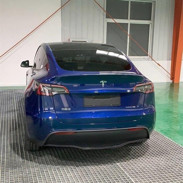 Phần đuôi xe mẫu Tesla Model Y có thêm logo chữ Trung Quốc. Ảnh: chinapev.com