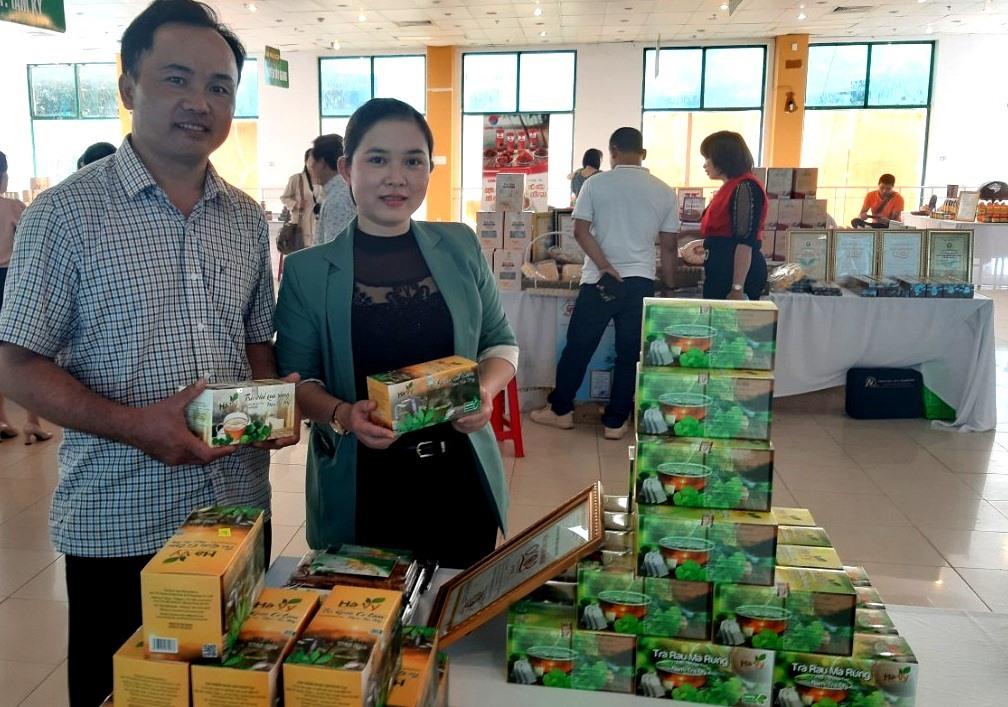 Sản phẩm trà khổ qua rừng Hà Vy được UBND tỉnh vinh danh sản phẩm CNNT tiêu biểu năm 2020. Ảnh: VIỆT NGUYỄN
