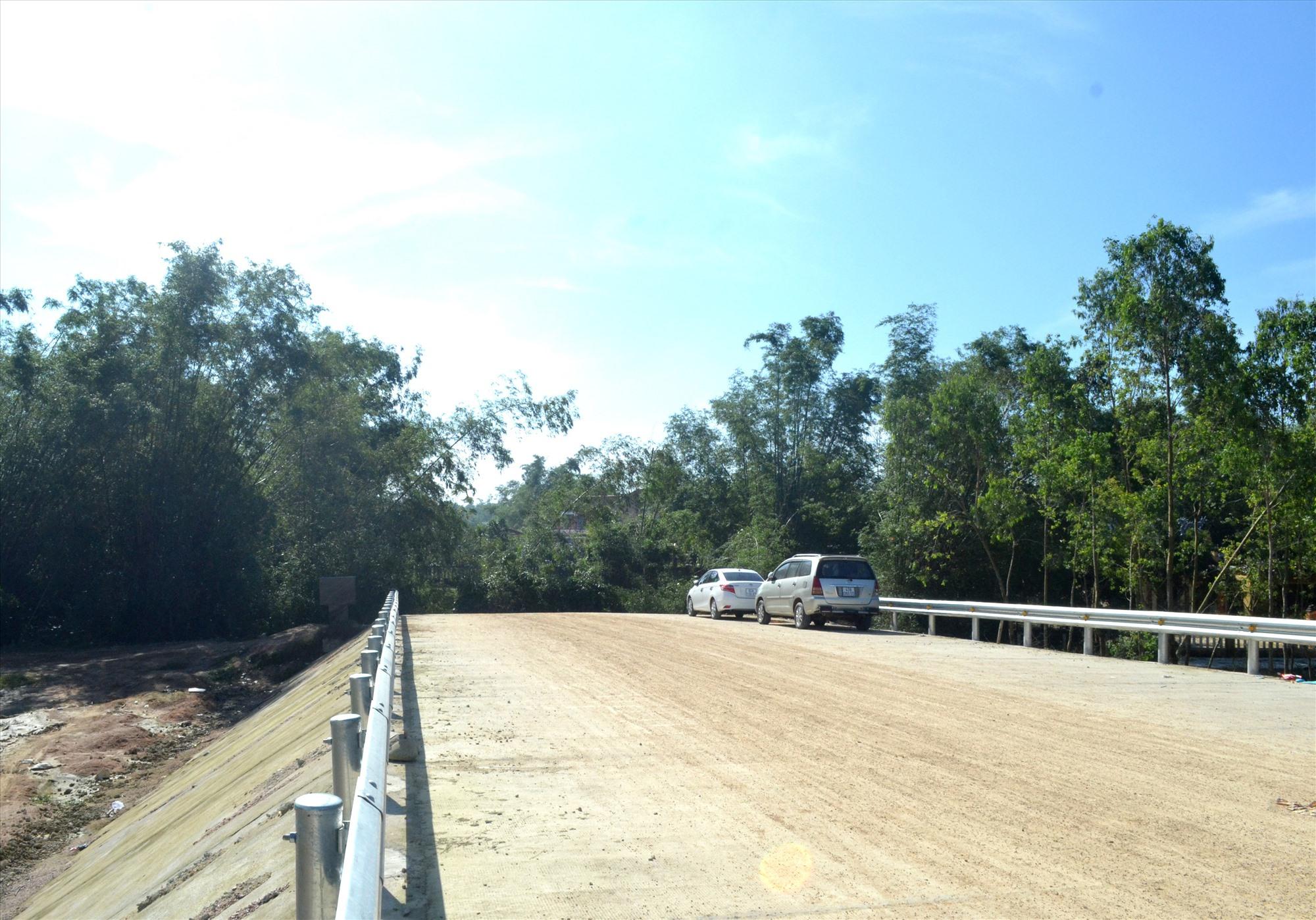 Cầu Cẩm Kim đoạn qua thôn Triêm Tây đã xây dựng xong nhưng chưa có đường dẫn. Ảnh: VIỆT NGUYỄN