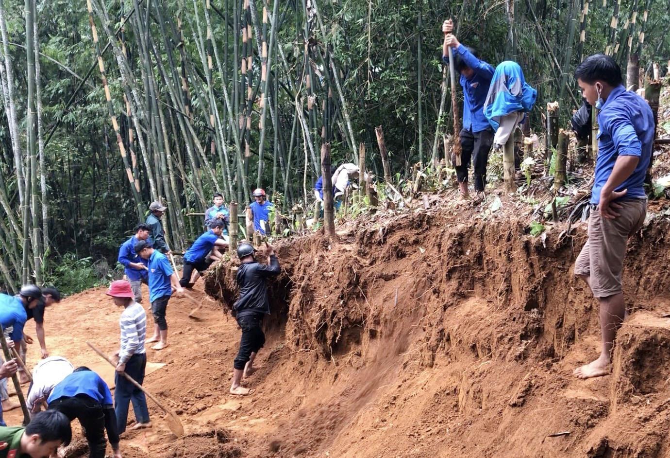 Đoàn viên thanh niên hỗ trợ san nền nhà cho các hộ dân. Ảnh: P. THIỆN