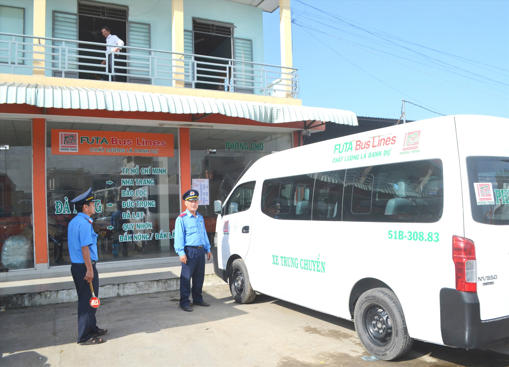 Lực lượng Thanh tra Sở GTVT thực hiện nhiệm vụ kiểm tra ATGT thường xuyên tại bến xe Nam Phước (Duy Xuyên). Ảnh: C.T