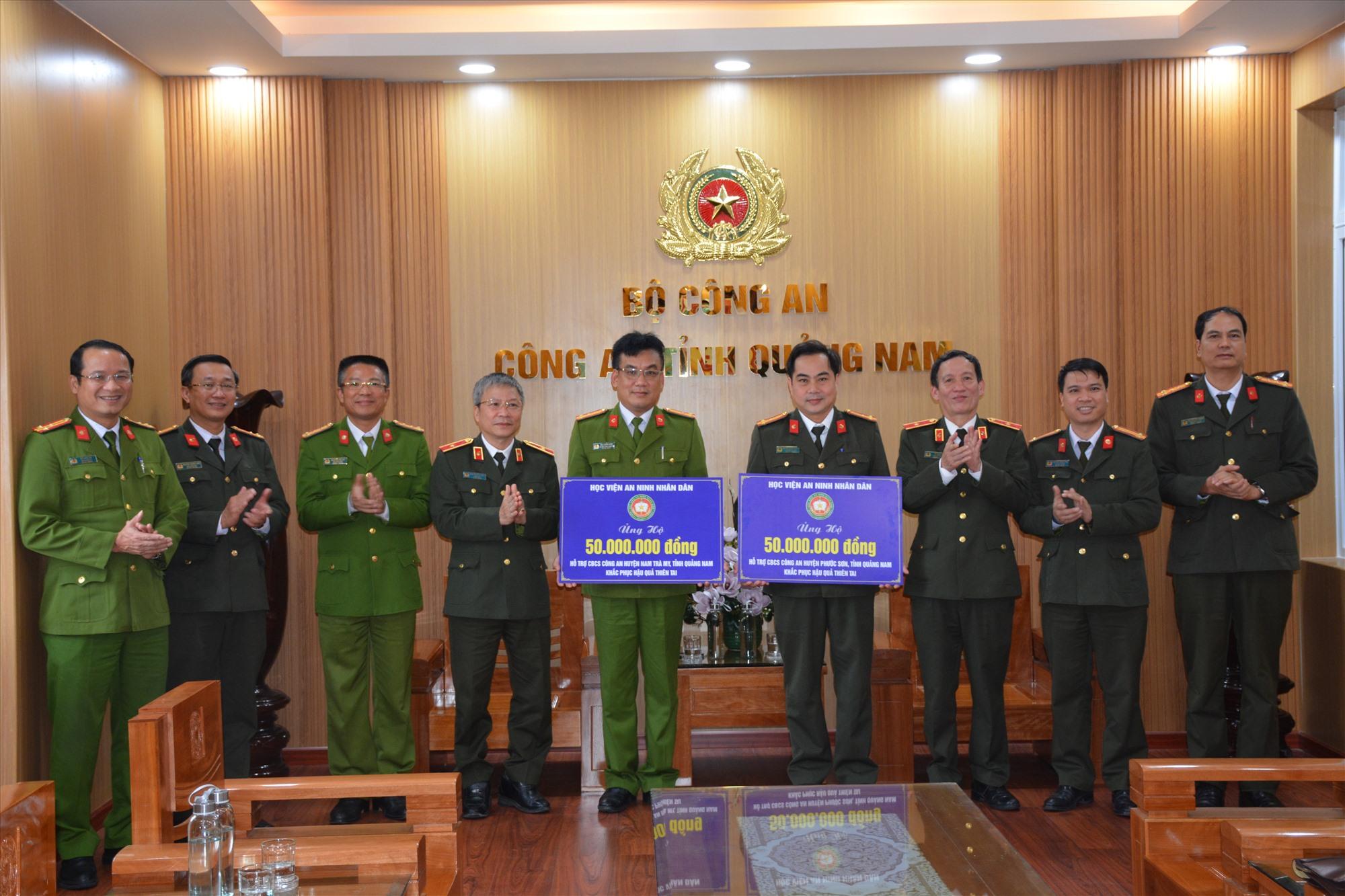 Học viện ANND trao tặng 100 triệu đồng cho Công an 2 huyện Nam Trà My và Phước Sơn khắc phục hậu quả thiên tai, mưa bão. Ảnh: M.T