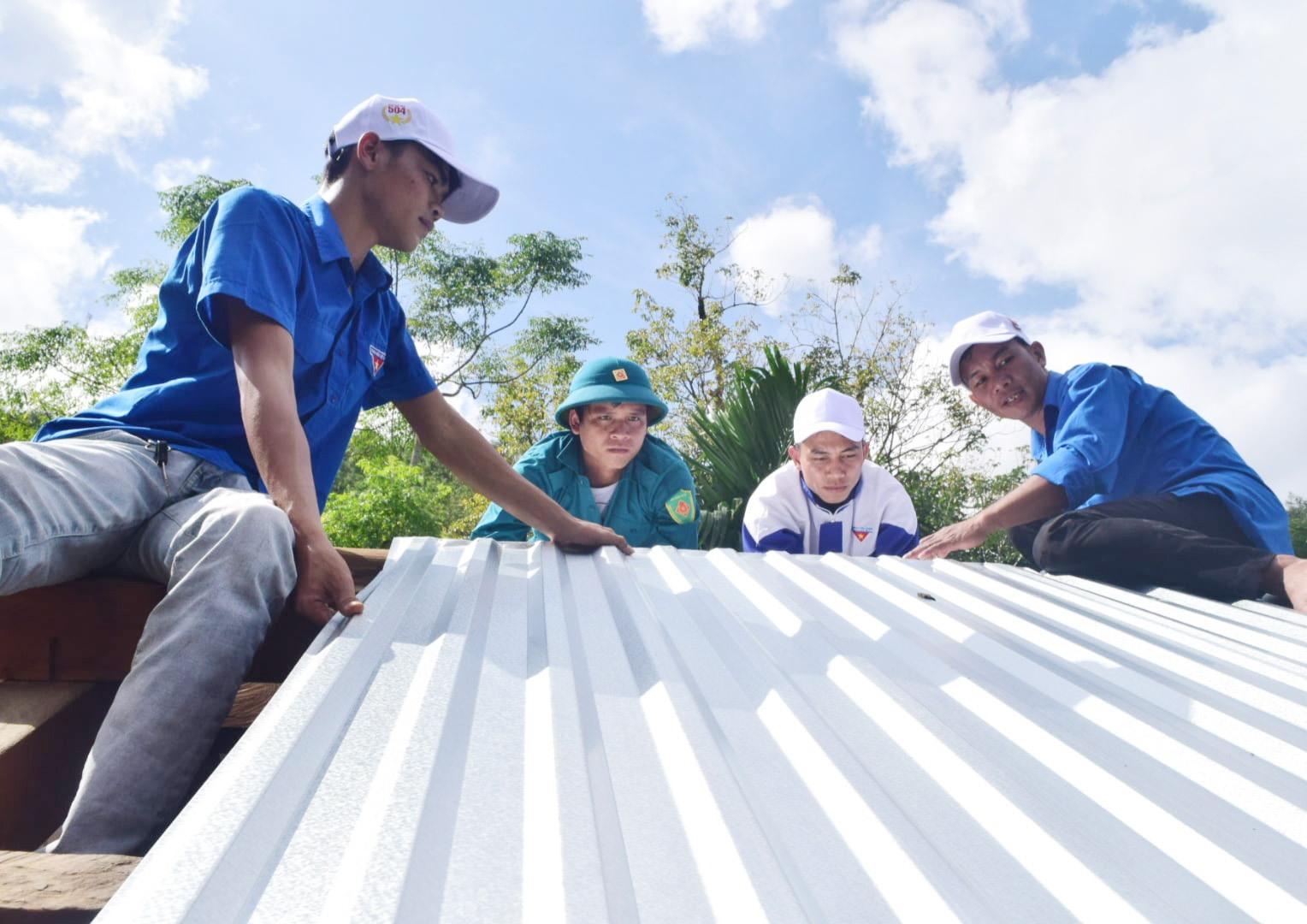 Đoàn viên thanh niên tham gia sửa chữa nhà cho các hộ dân tại xã Trà Ka, Bắc Trà My. Ảnh: THÁI CƯỜNG