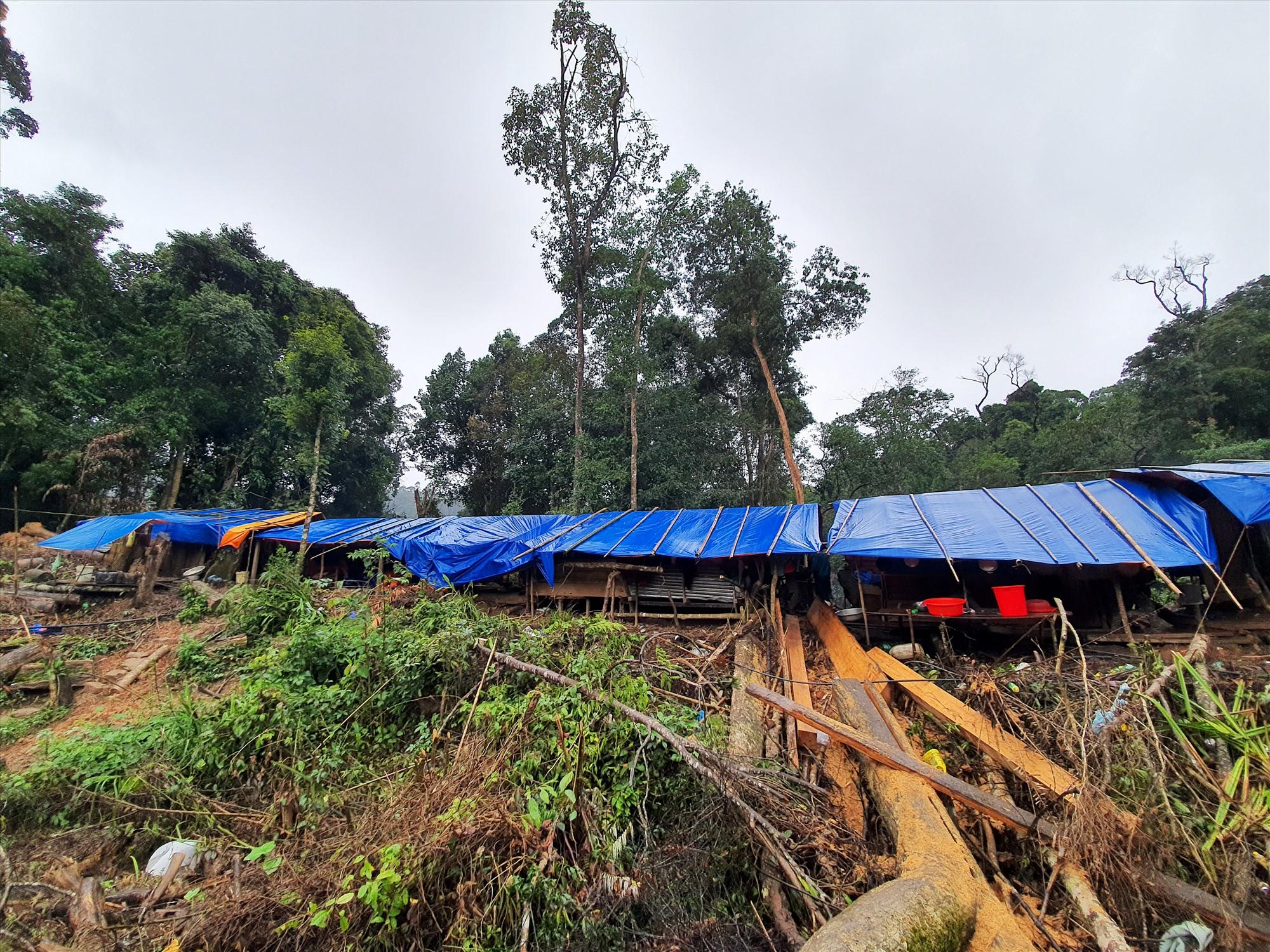 Chính quyền đã khẩn trương làm 3 dãy nhà tạm để bố trí nơi ở cho người dân thôn 6. Ảnh: T.C