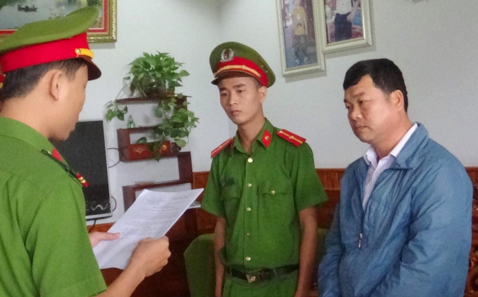 Cơ quan Cảnh sát điều tra Công an huyện Duy Xuyên thi hành các quyết định khởi tố bị can, bắt tạm giam đối với Phạm Đắc Thành ( áo xanh)