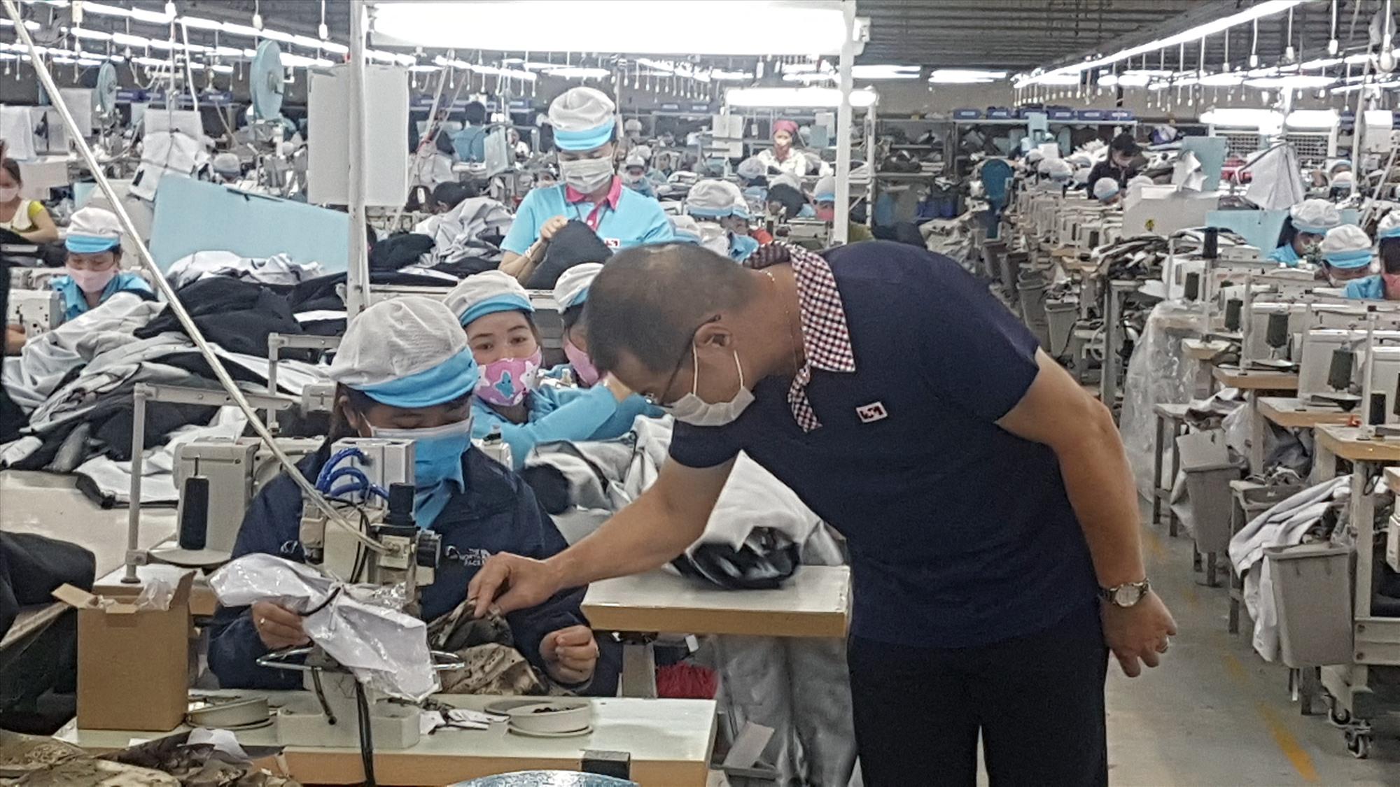 Nhiều doanh nghiệp đã cố gắng duy trì việc làm, thưởng tháng lương thứ 13 cho người lao động trong dịp Tết Tân Sửu. Ảnh: D.L