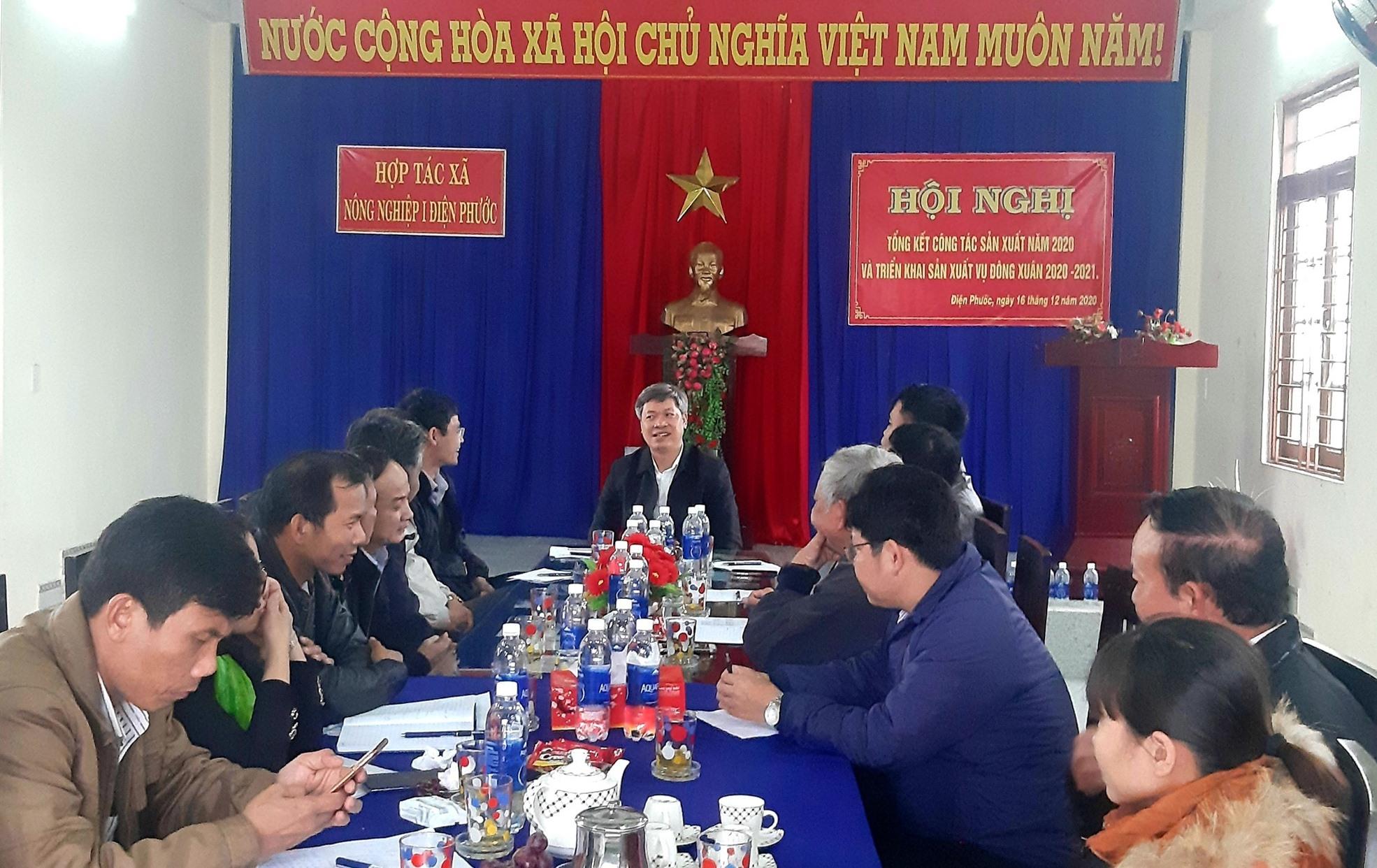 Phó Chủ tịch UBND tỉnh Hồ Quang Bửu cùng đại diện các đơn vị liên quan của tỉnh làm việc với lãnh đạo ngành nông nghiệp Điện Bàn và một số hợp tác xã nông nghiệp chiều 8.1. Ảnh: VĂN SỰ