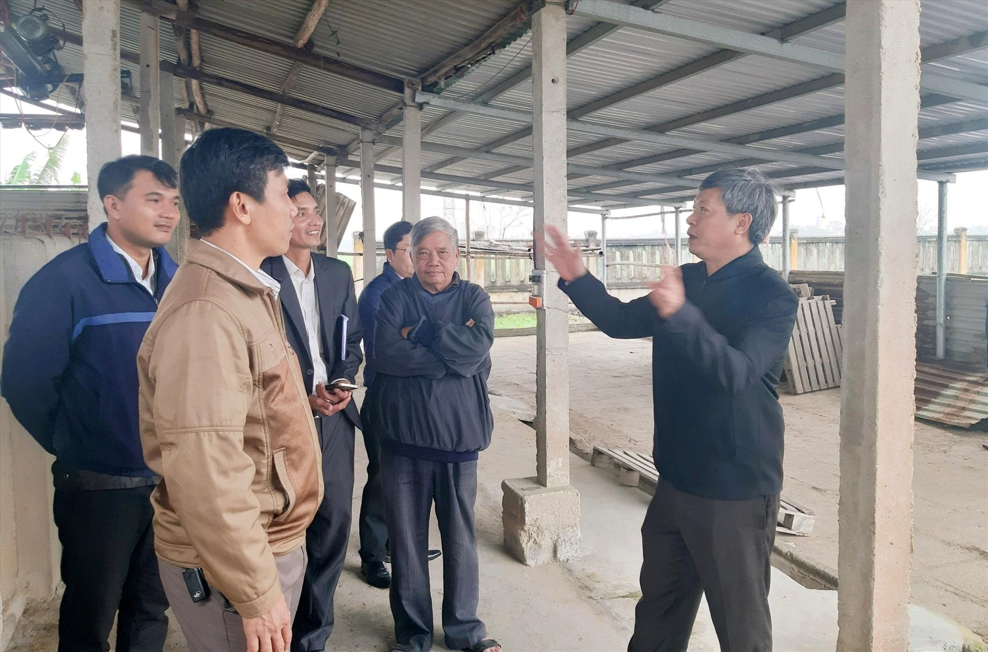 Phó Chủ tịch UBND tỉnh Hồ Quang Bửu kiểm tra cơ sở hạ tầng của Hợp tác xã Nông nghiệp 1 Điện Phước. Ảnh: VĂN SỰ