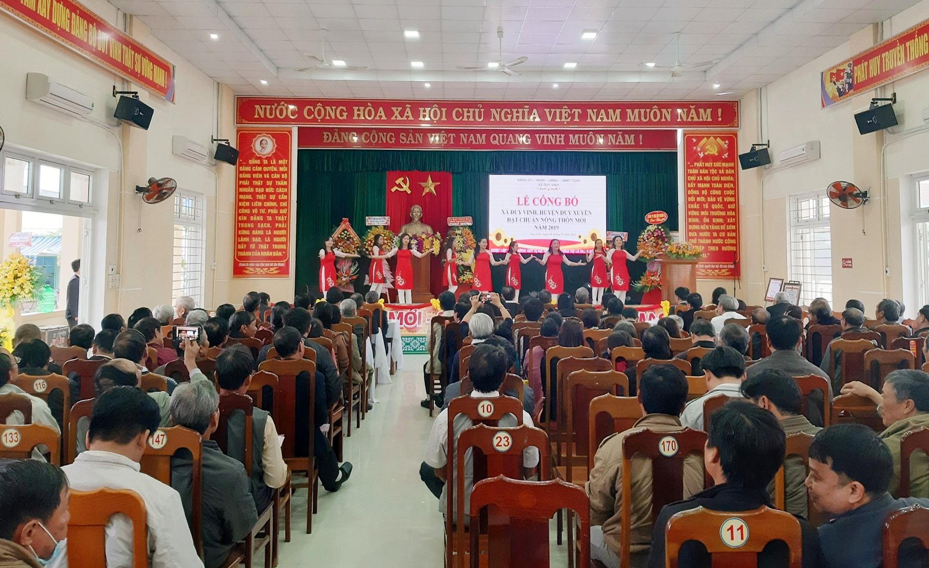 Quang cảnh lễ công bố xã Duy Vinh đạt chuẩn nông thôn mới năm 2019, diễn ra sáng 8.1. Ảnh: T.S