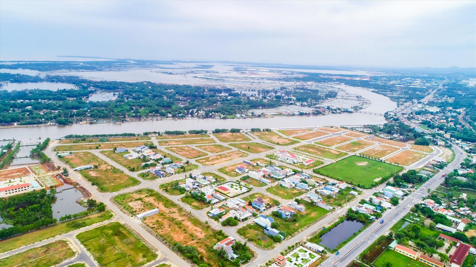Chu Lai Riverside nằm ven sông Trường Giang, cửa ngõ các KCN lớn, kết nối sân bay Chu Lai, có hạ tầng, pháp lý hoàn thiện, dân cư đông đúc