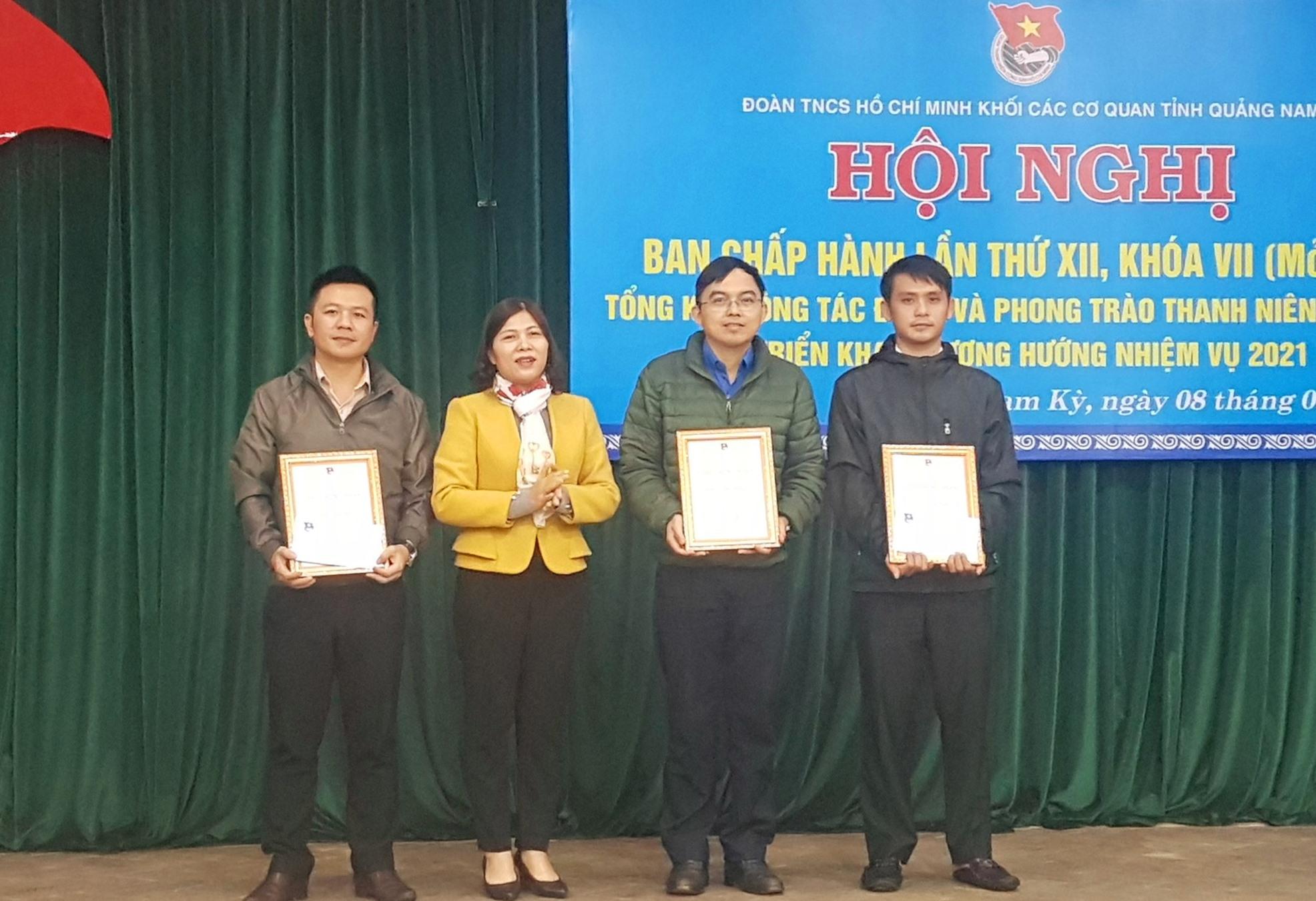Các cá nhân là thanh niên trong Đoàn Khối nhận thưởng cuộc thi tìm hiểu Nghị quyết của Đảng. Ảnh: D.L