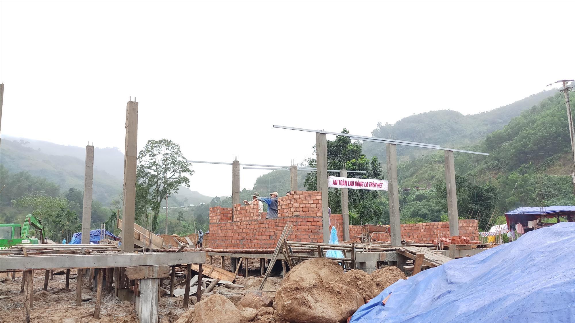 Ngôi nhà đầu tiên ở khu tái định cư Trà Leng đang trong quá trình lên tường. Ảnh: A.N
