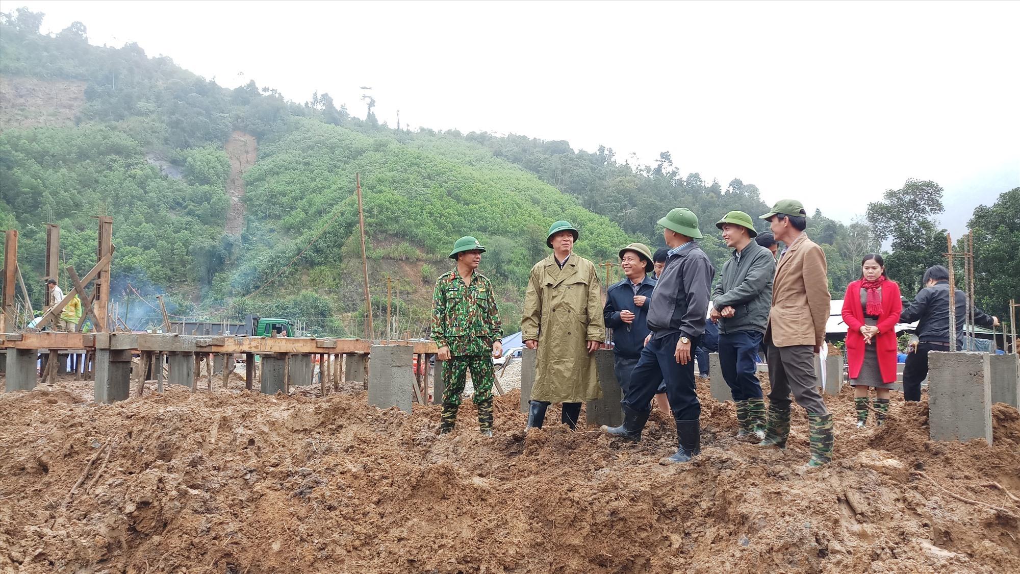 Phó Chủ tịch UBND tỉnh Hồ Quang Bửu trực tiếp kiểm tra mặt bằng tái định cư Trà Leng. Ảnh: A.N