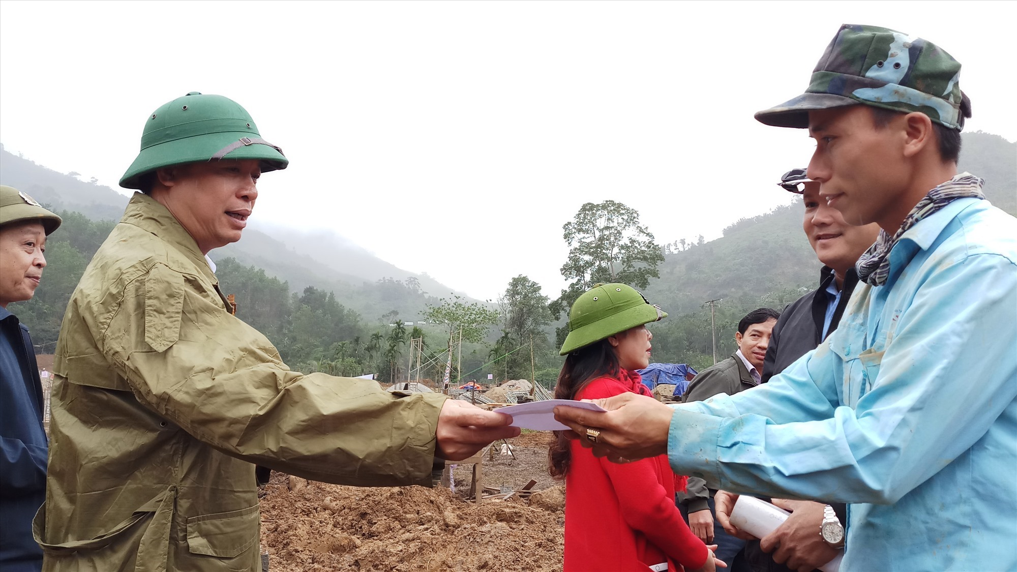 Phó Chủ tịch UBND tỉnh Hòi Quang Bửu trao quà động viên công nhân trực tiếp thi công công trình. Ảnh: A.N