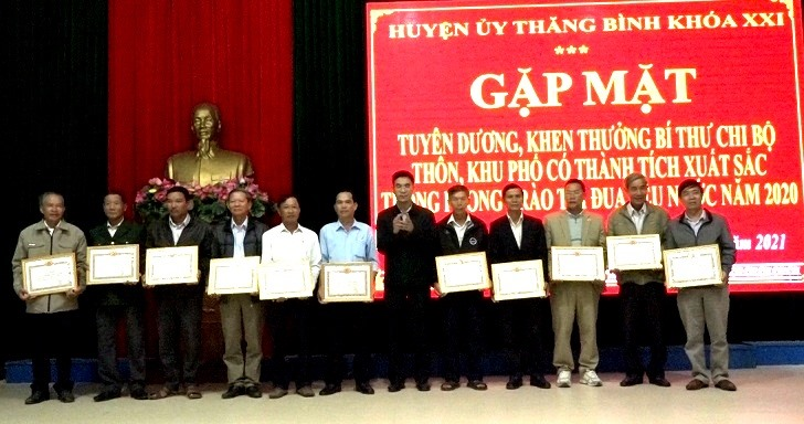 Huyện ủy Thăng Bình tuyên dương, khen thưởng các tổ chức đảng, đảng viên tiêu biểu. Ảnh: VIỆT QUANG