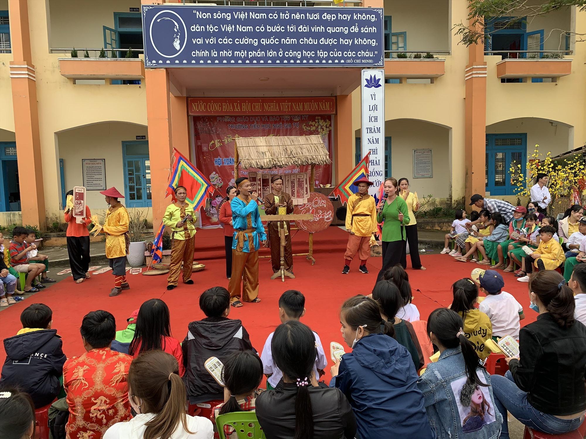 Đoàn Ca kịch Quảng Nam tổ chức trình diễn hô hát bài chòi, các làn điệu dân ca quê hương phục vụ Ngày hội. Ảnh: THU VUI