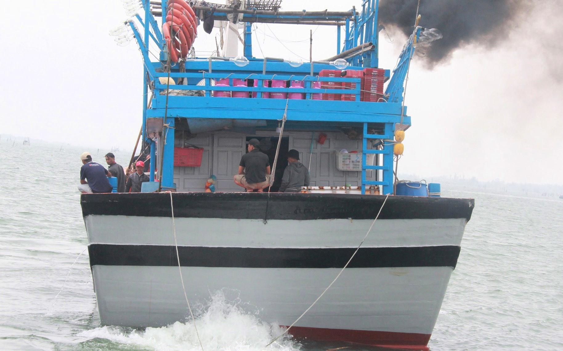 Con tàu hướng thẳng ra biển cho chuyến đánh bắt cuối năm. Ảnh: TRÚC TRẦN