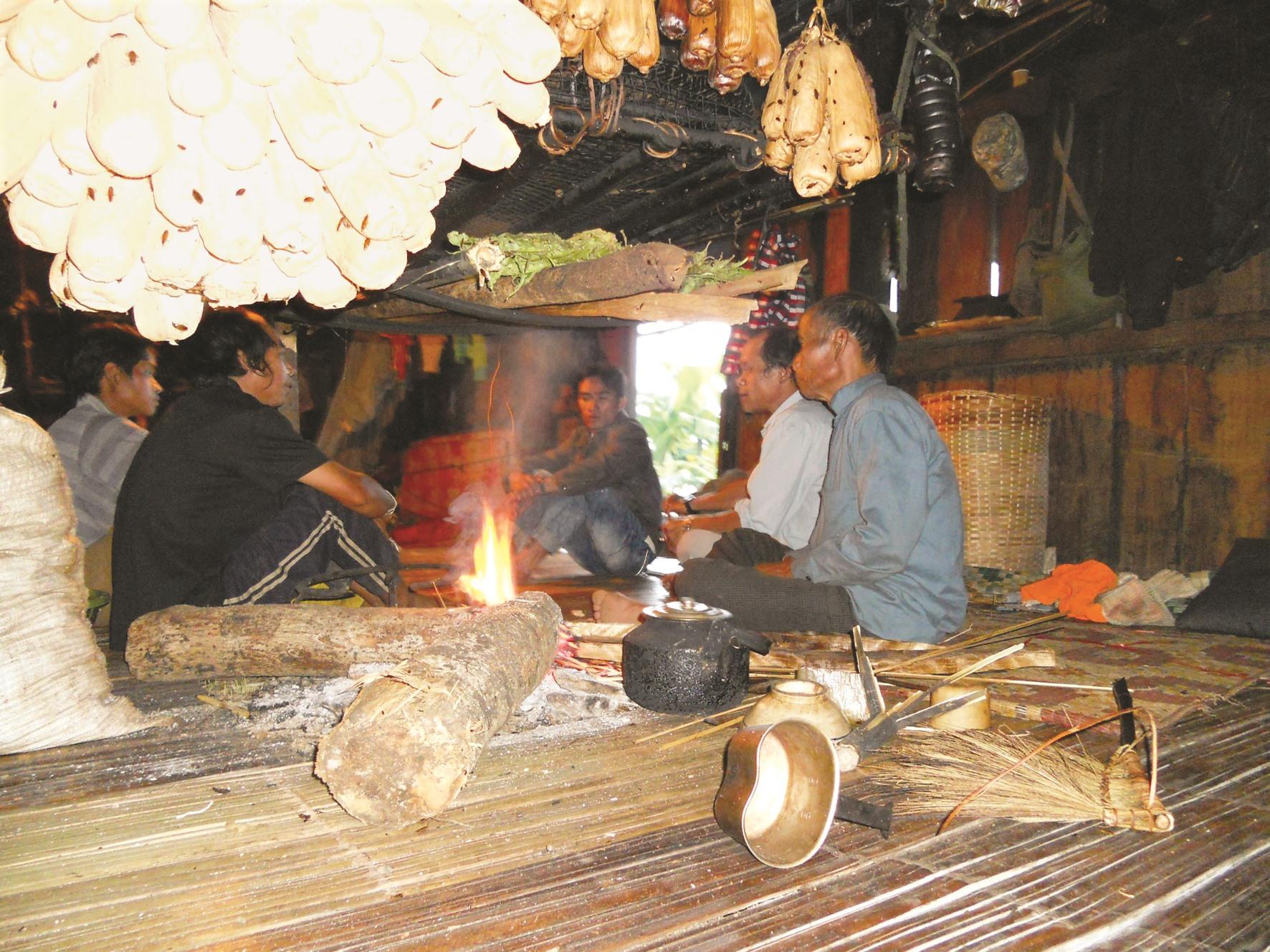 Nhà sàn, bếp lửa sấy cá - thịt khô của đồng bào Nam Trà My.Ảnh: T.V