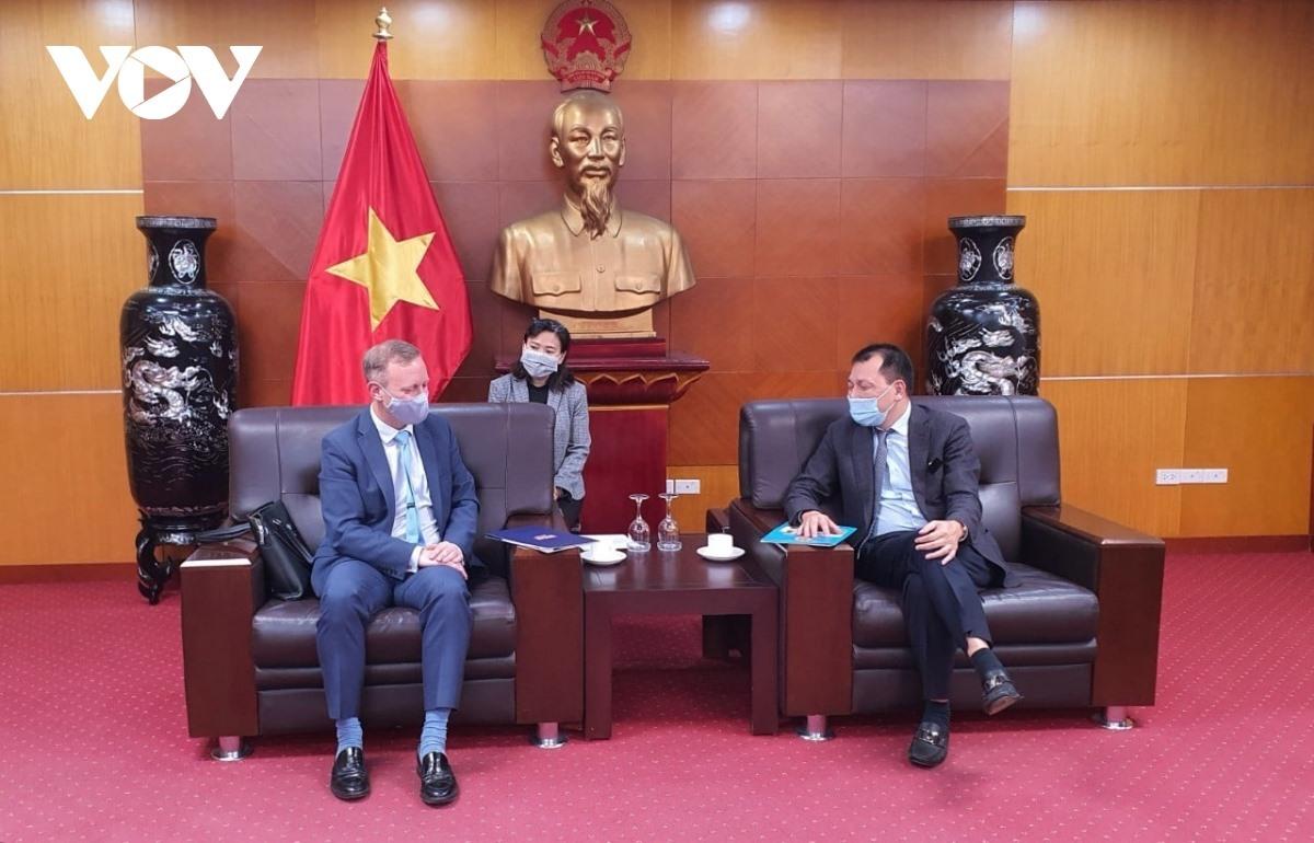 Deputy Minister Dang Hoang An and UK Ambassador to Vietnam Gareth Ward (left).