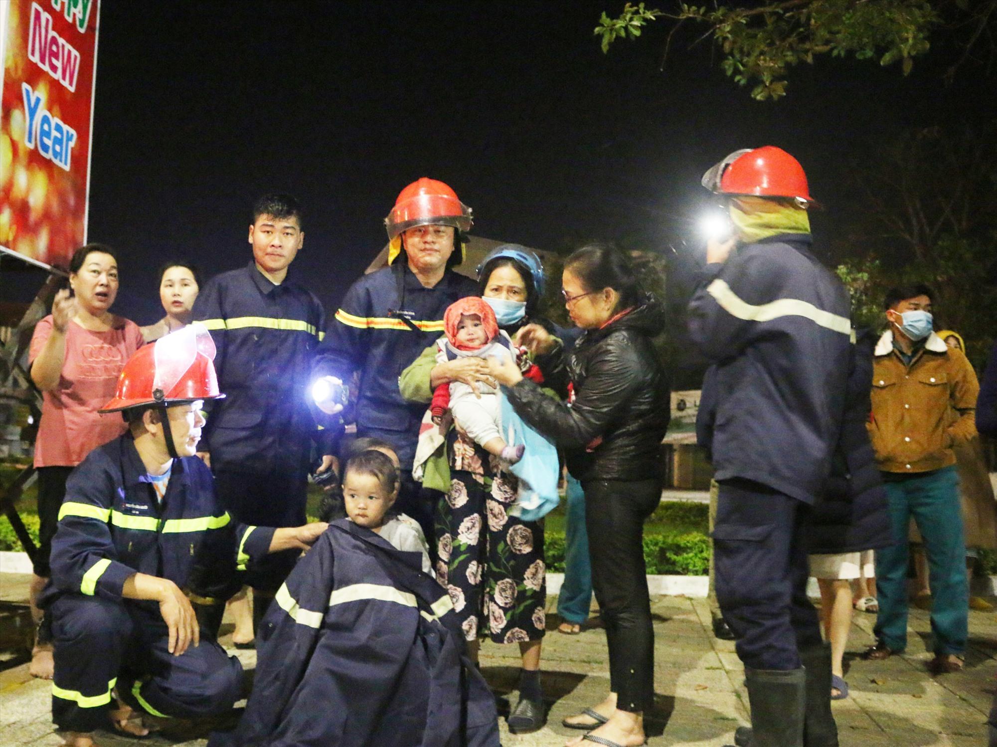 Các chiến sĩ đã giải cứu an toàn 6 người, trong đó có 2 em bé và một bà cụ bị mắc kẹt trong đám cháy. Ảnh: H.L