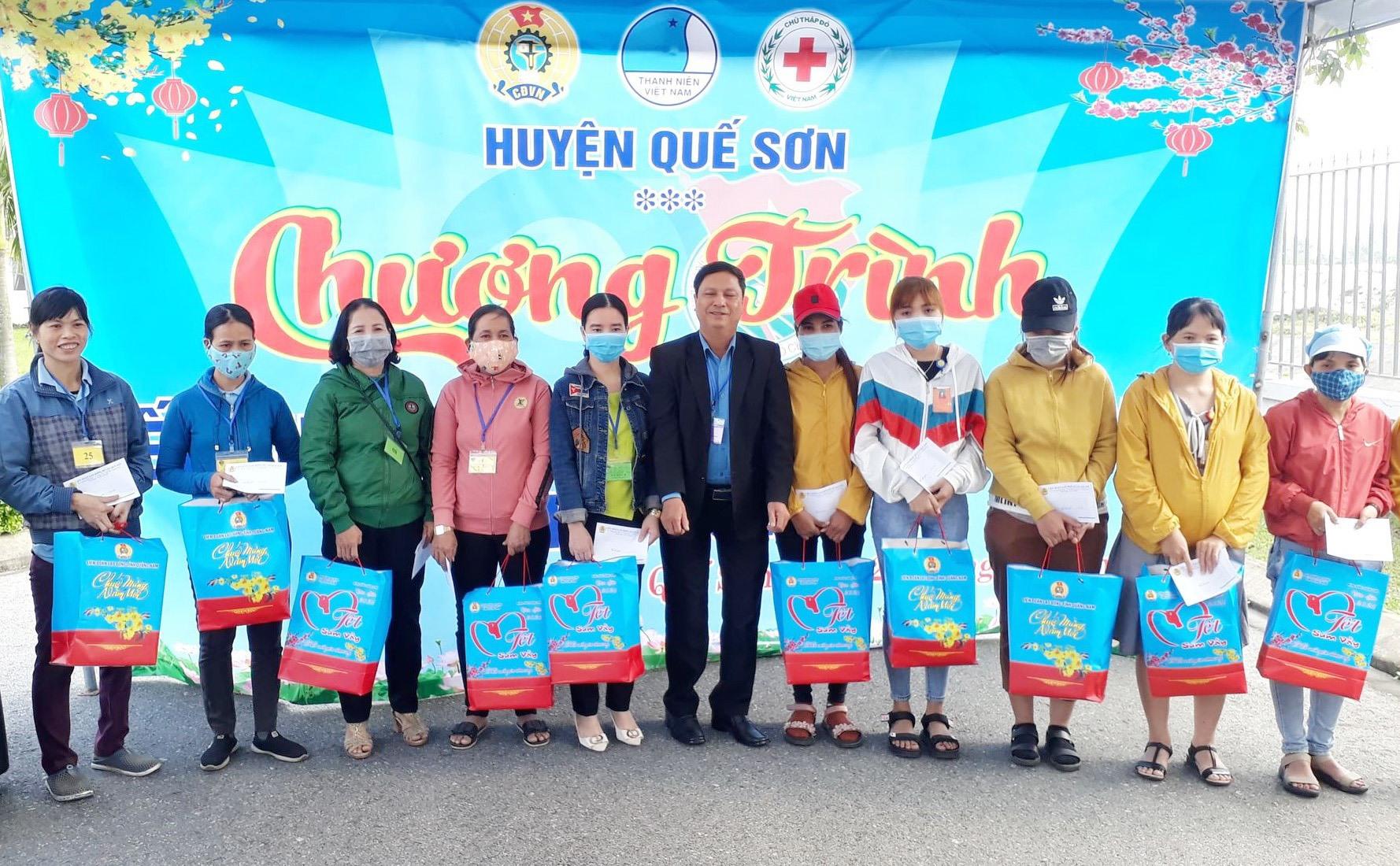 Nhiều đơn vị, doanh nghiệp ở Quế Sơn trao quà tết cho công nhân có hoàn cảnh khó khăn. Ảnh: T.S