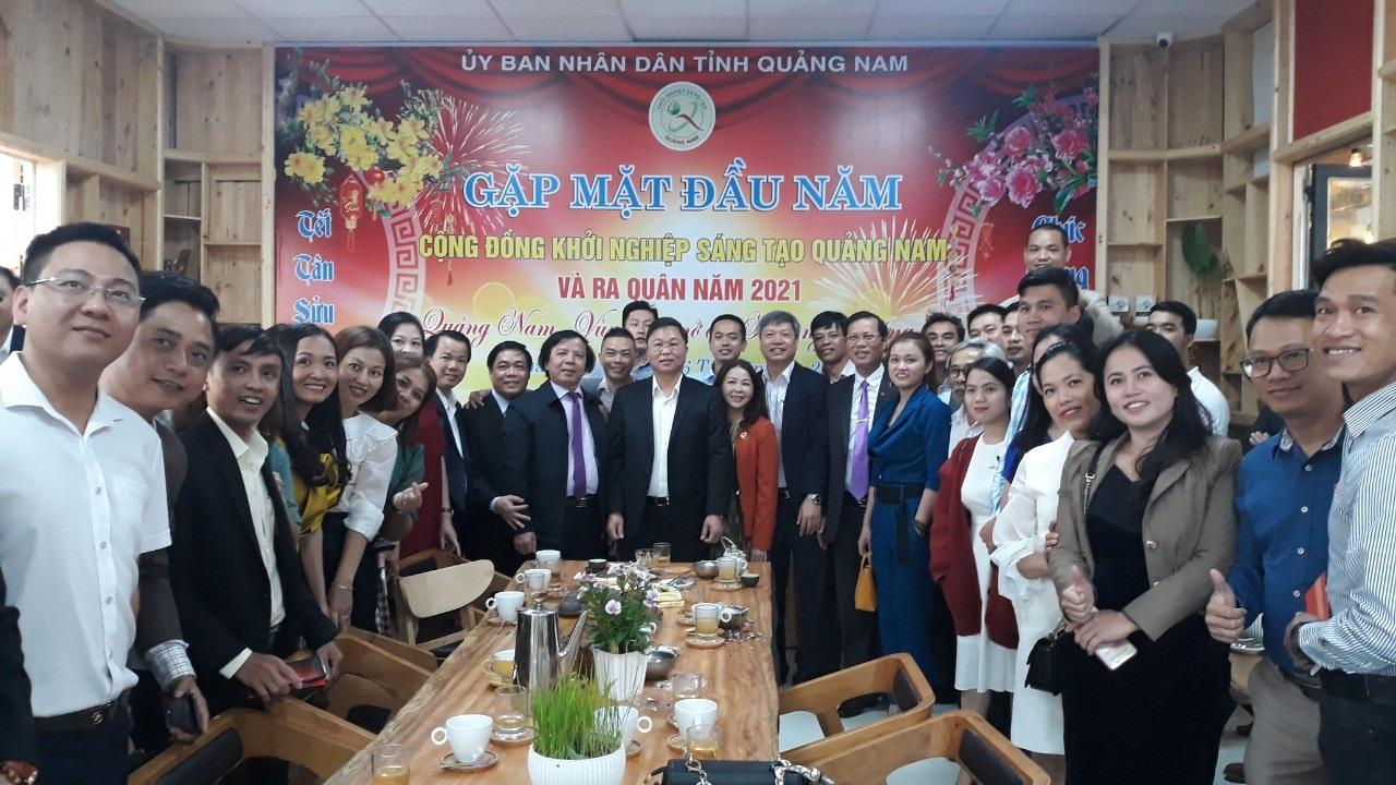 Chủ tịch UBND tỉnh Lê Trí Thanh chụp ảnh lưu niệm với cộng đồng khởi nghiệp sáng tạo xứ Quảng. Ảnh: C.N