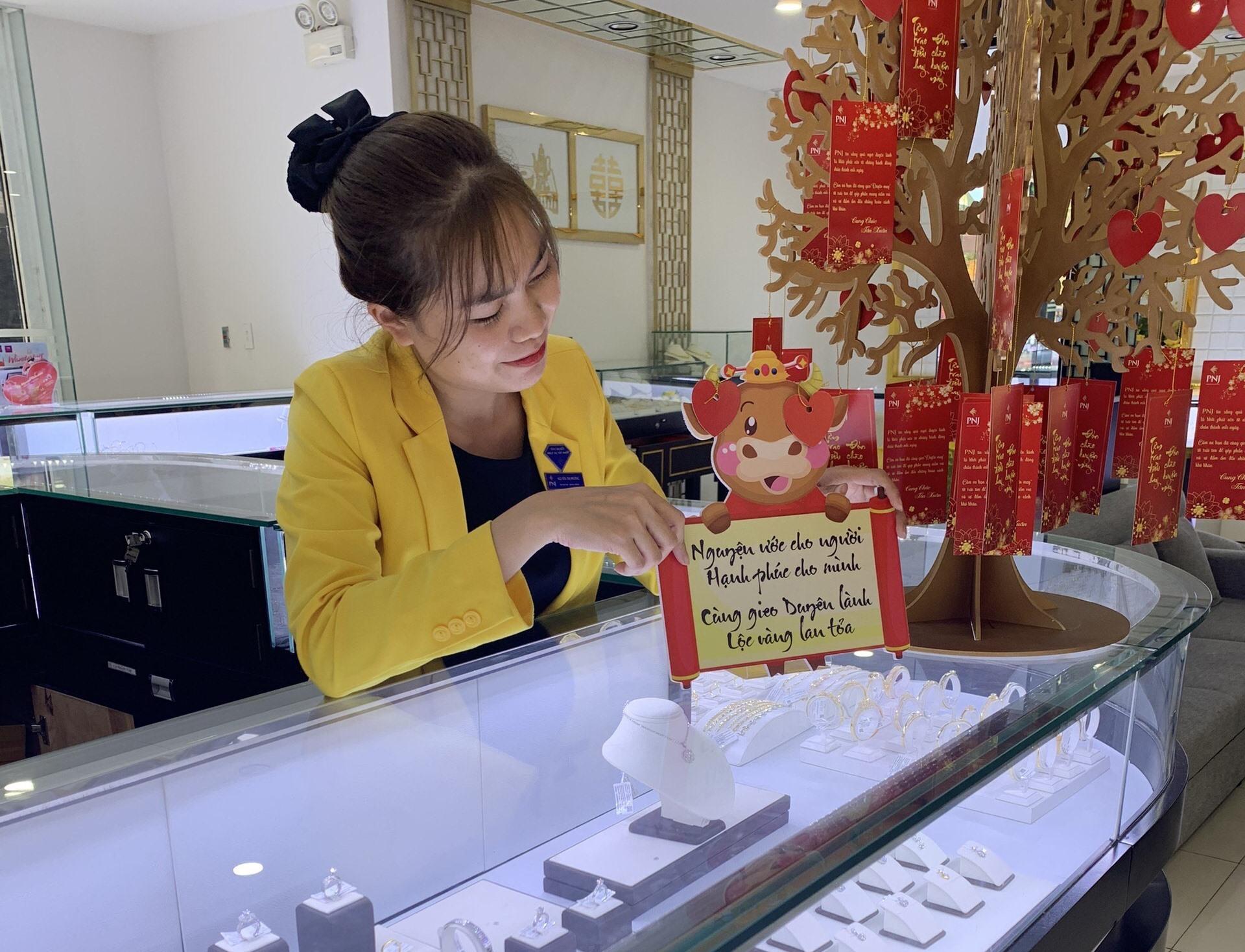 Các trang sức vàng được trưng bày tại PNJ TP.Tam Kỳ.