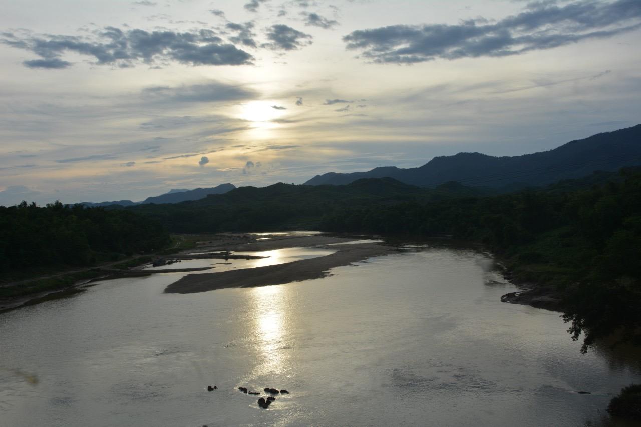 Sông Trầu đoạn dưới chân đá Hòm Khóa. Ảnh: TẤN ÁI